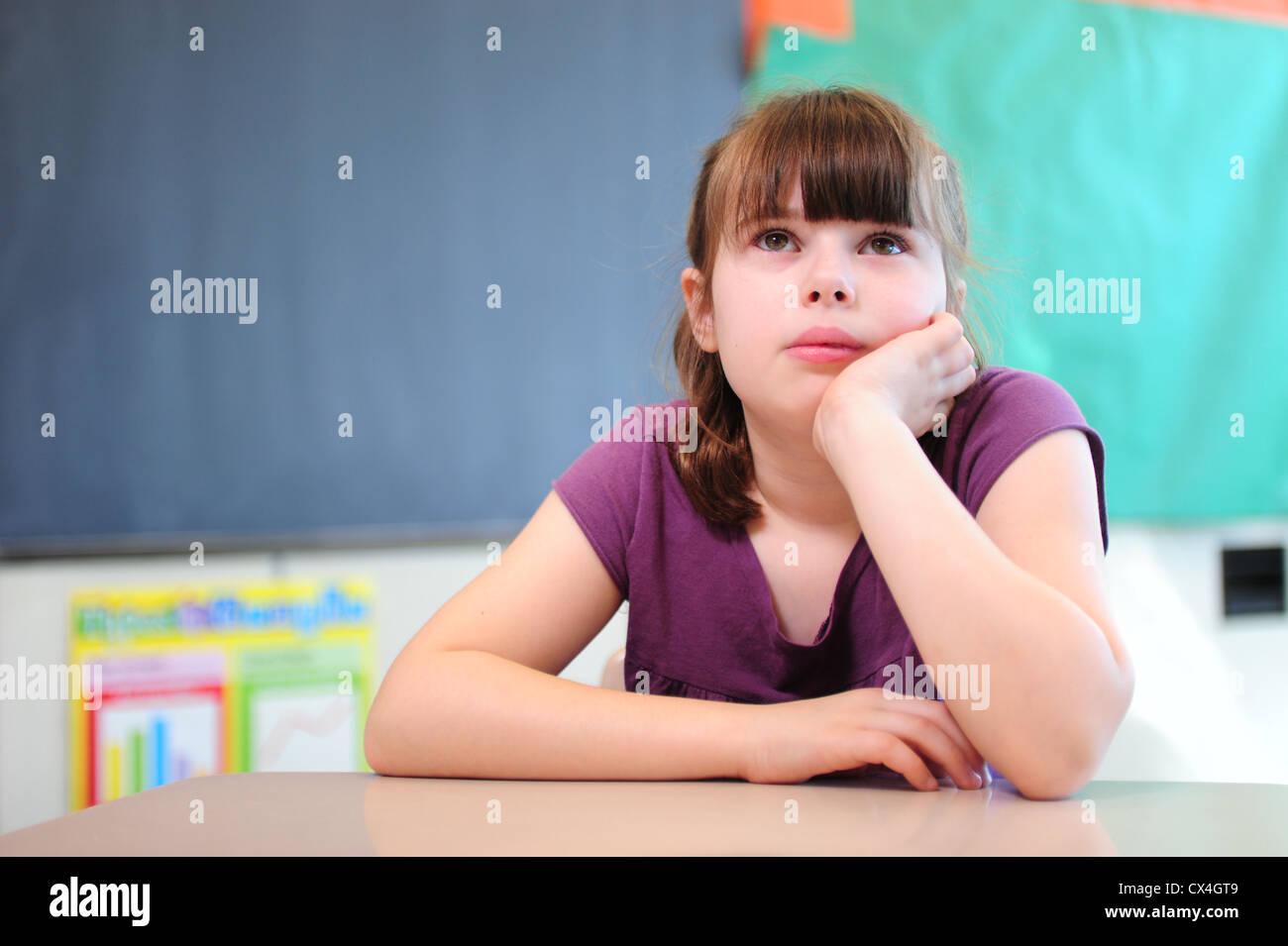 USA un terzo della terza classe ragazza siede annoiato in aula alla sua scuola pubblica Immagini Stock