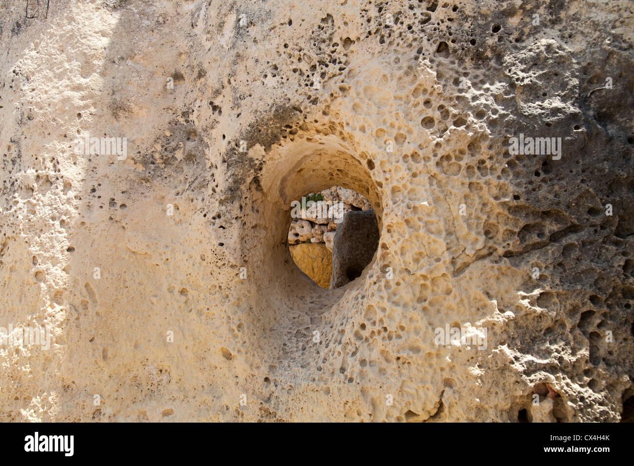 La tacca nella stipite per ospitare architrave in templi di Ggantija vicino Xagha, isola di Gozo, vicino a Malta, Immagini Stock