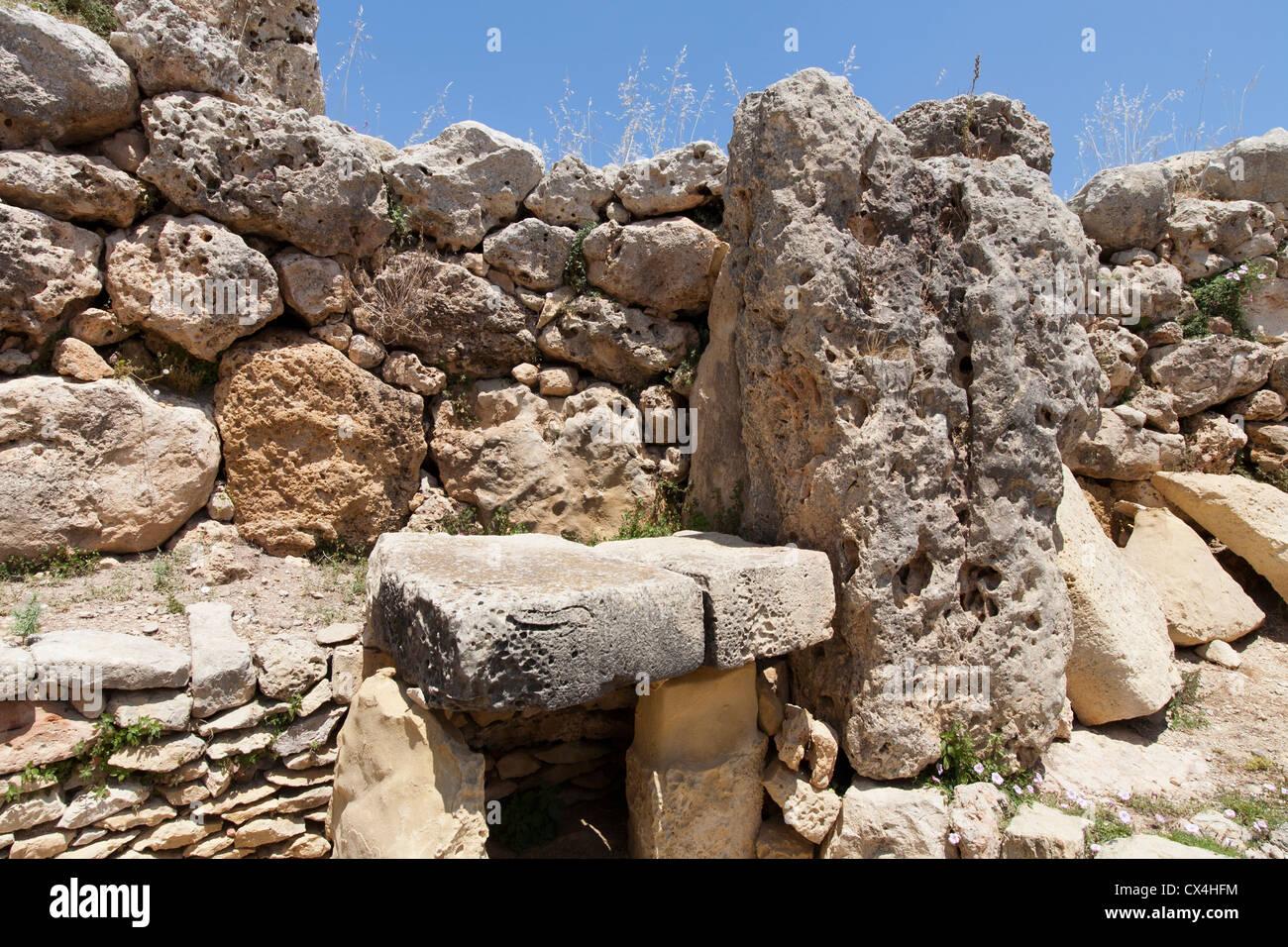 Altare dei blocchi in corrispondenza dei templi di Ggantija vicino Xagha, isola di Gozo, vicino a Malta, Mare Mediterraneo. Immagini Stock