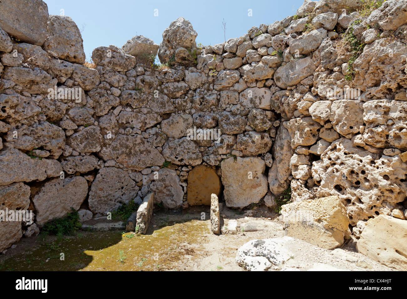 Camera rotonda presso i templi di Ggantija vicino Xagha, isola di Gozo, vicino a Malta, Mare Mediterraneo. Immagini Stock
