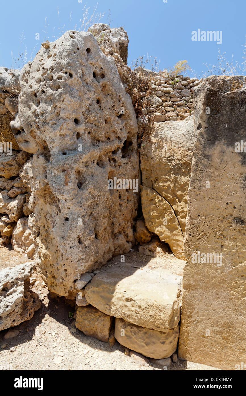 Enormi blocchi di montante a templi di Ggantija vicino Xagha, isola di Gozo, vicino a Malta, Mare Mediterraneo. Immagini Stock
