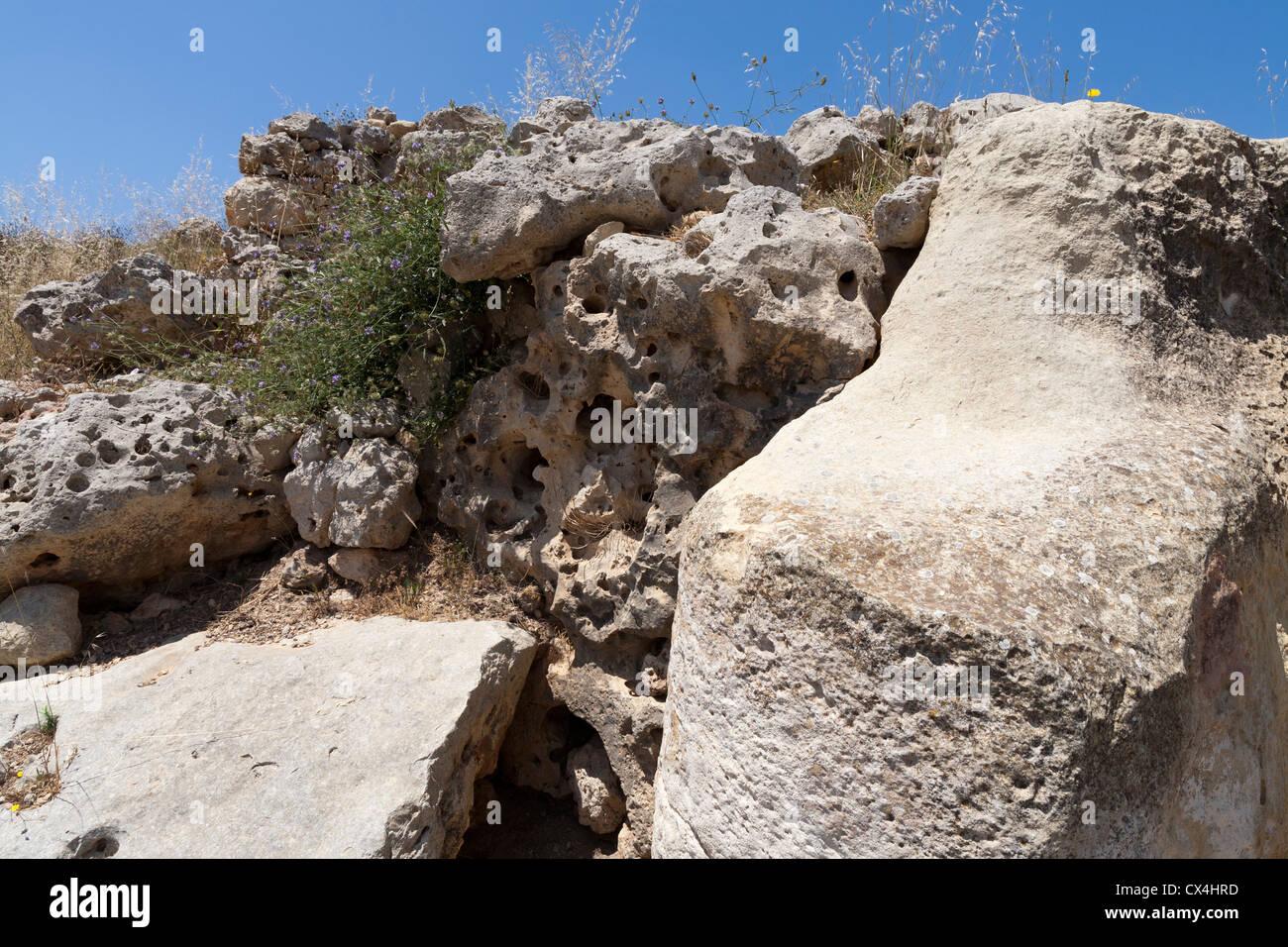 Roccia erosa a i templi di Ggantija vicino Xagha, isola di Gozo, vicino a Malta, Mare Mediterraneo. Immagini Stock