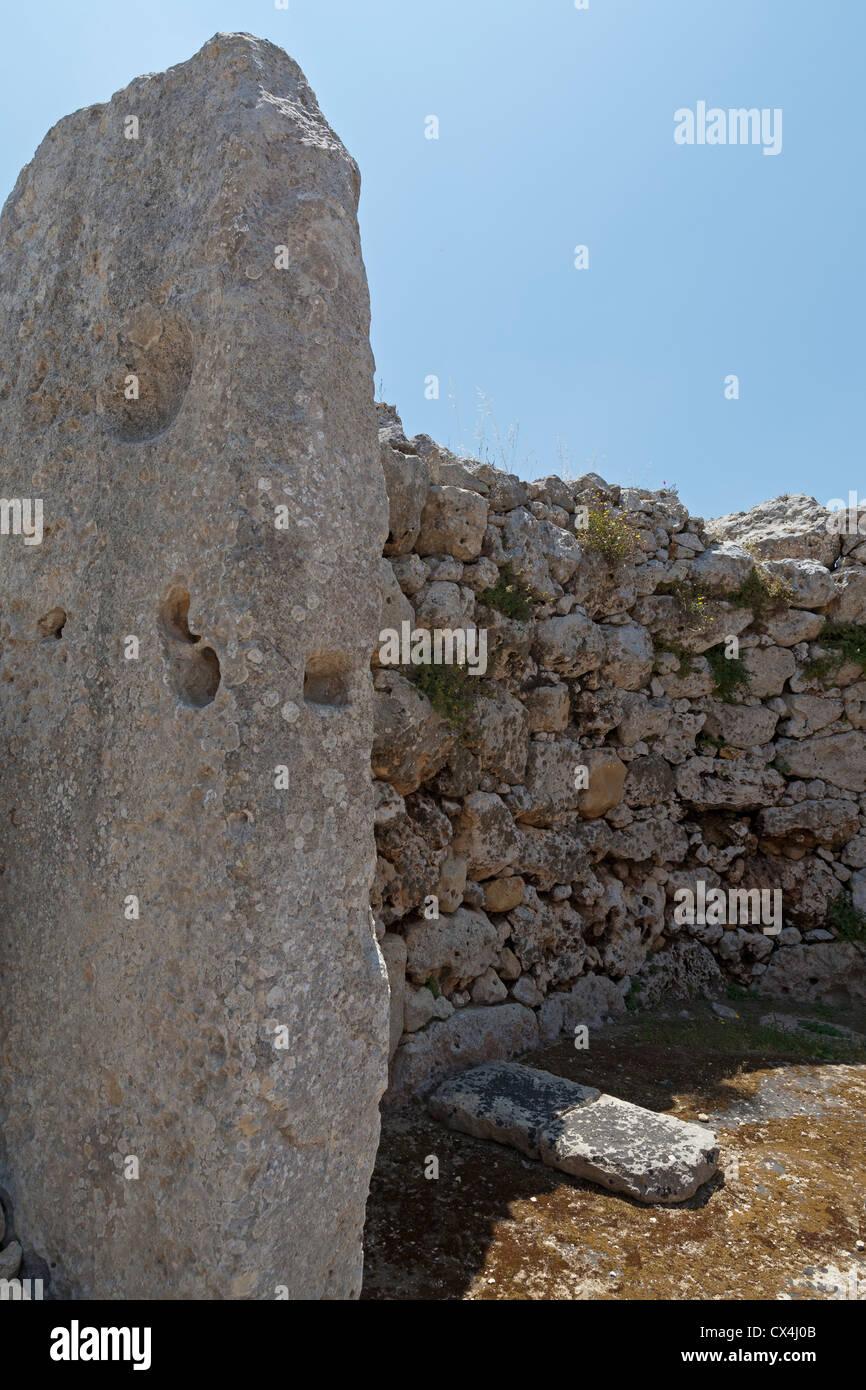 Stipite presso i templi di Ggantija vicino Xagha, isola di Gozo, vicino a Malta, Mare Mediterraneo. Immagini Stock