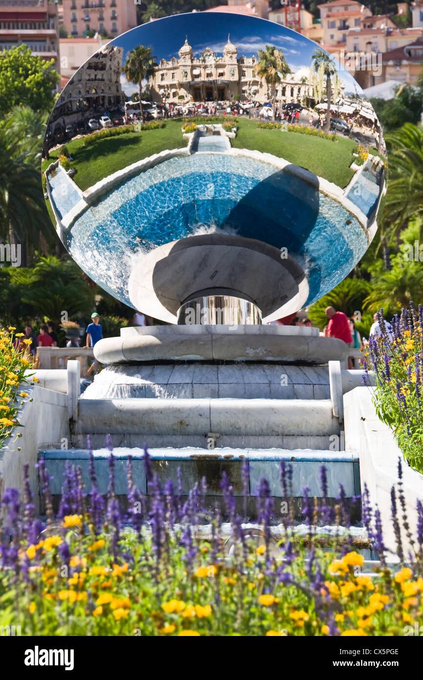Fontana a specchio che riflette il Casino di Montecarlo - Monaco Immagini Stock