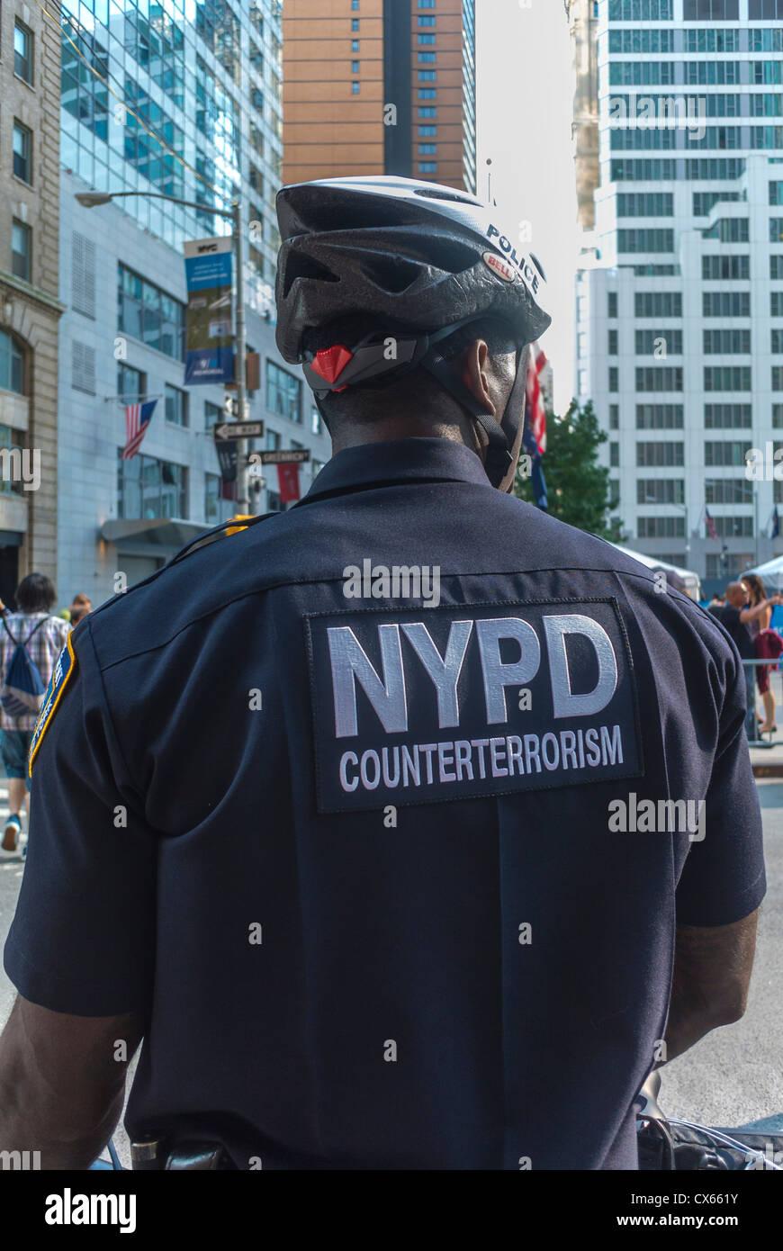 New York, NY, STATI UNITI D'AMERICA, Retro del poliziotto uniforme con logo NYPD, World Trade Center Area, Manhattan Immagini Stock