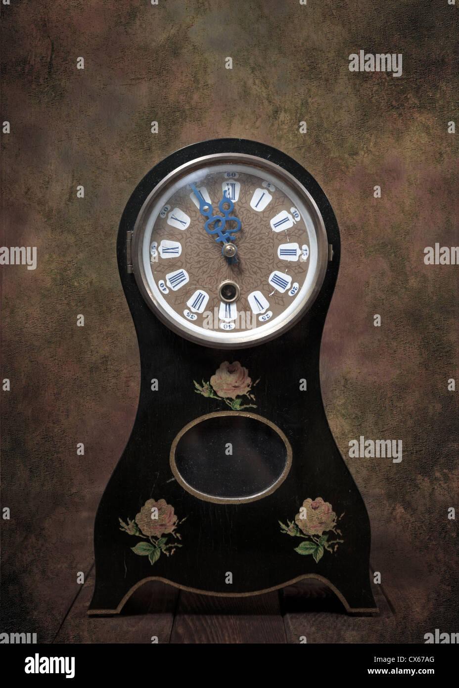 Un vecchio orologio da tavolo in stile Biedermeier Immagini Stock
