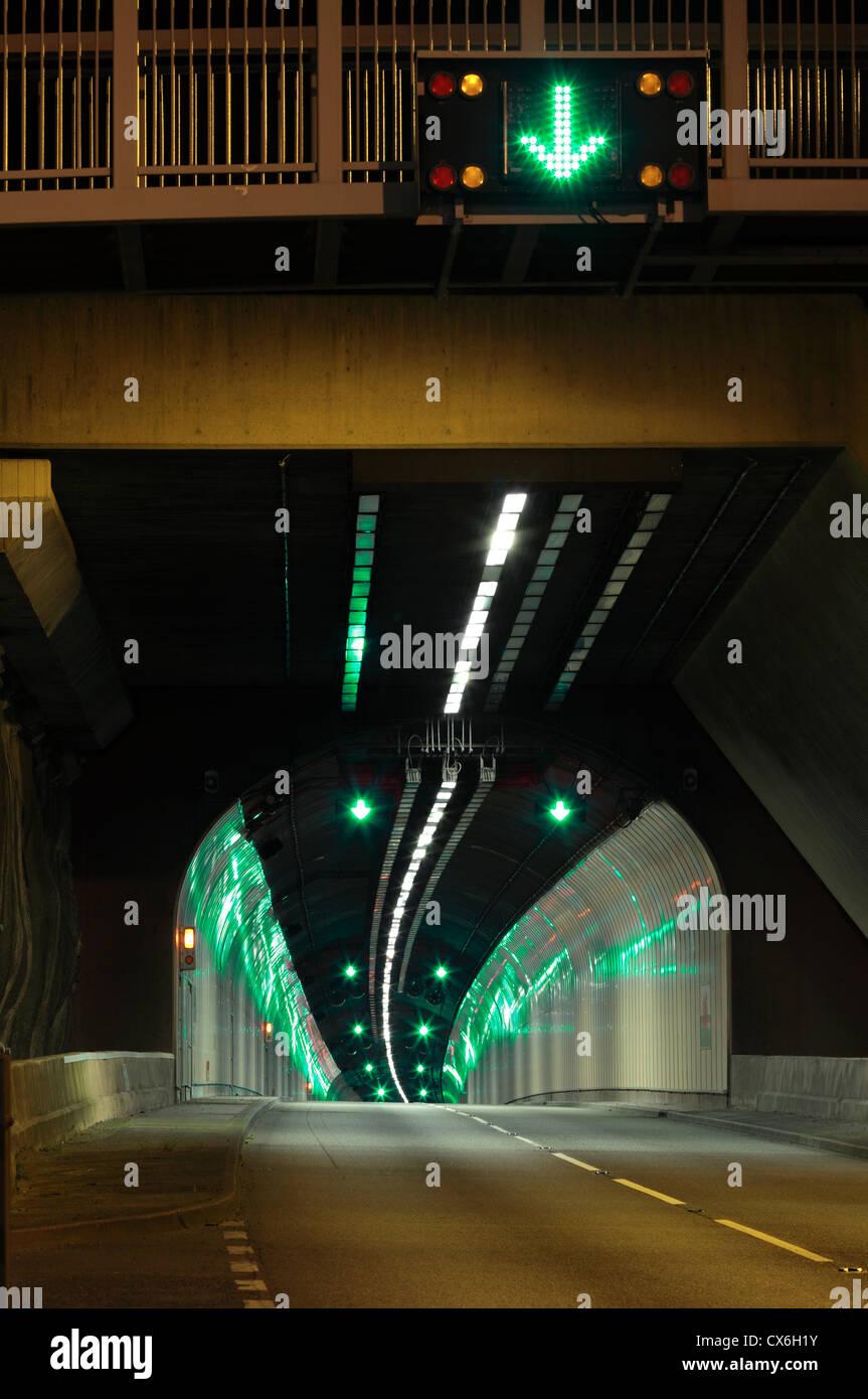 Uno di Le Pen-y-clip tunnel stradale sulla A55(T) su strada tra Penmaenmawr e Manchester, il Galles del Nord. Immagini Stock