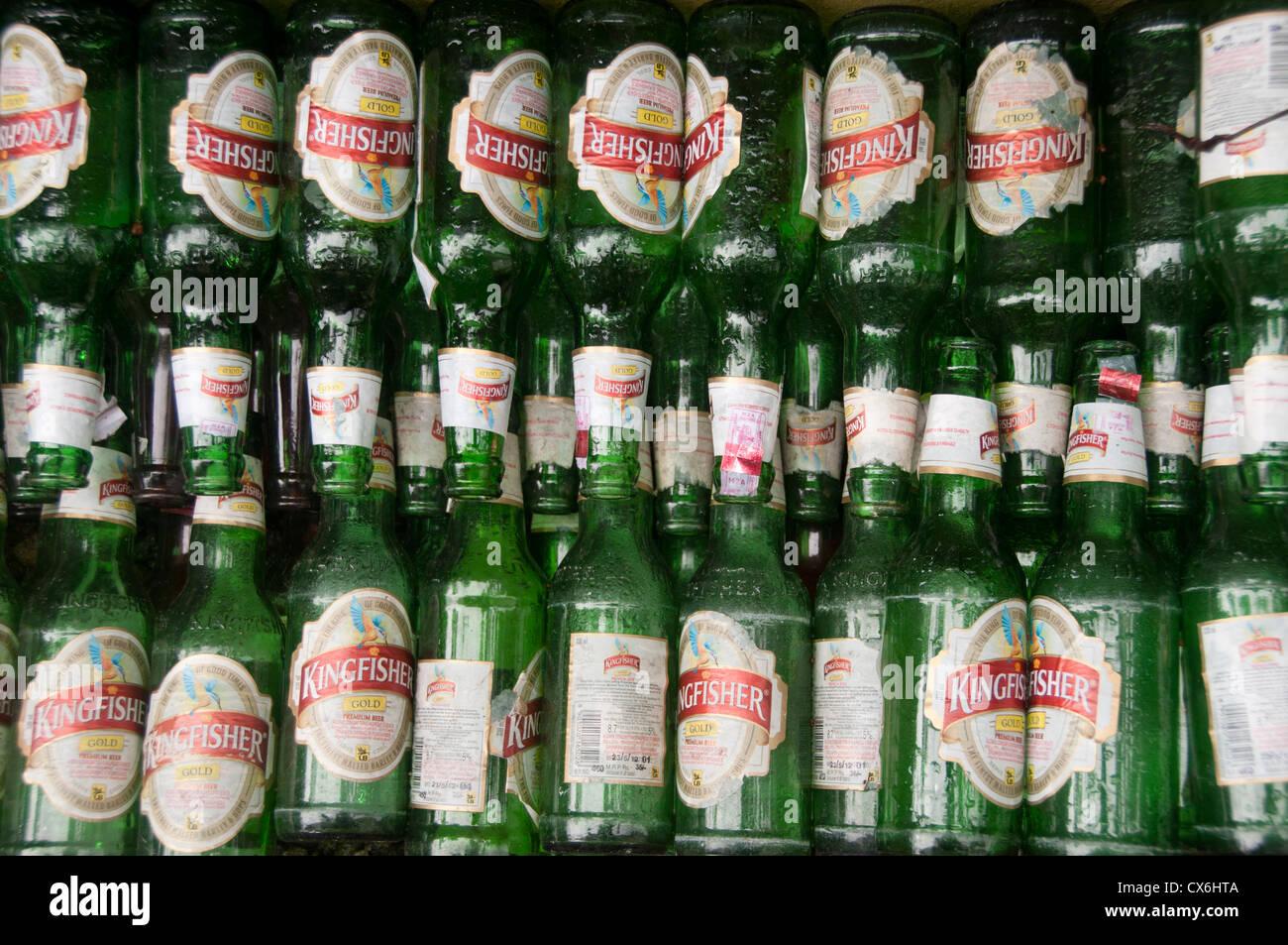 Impilate le bottiglie di birra per il riciclo Immagini Stock
