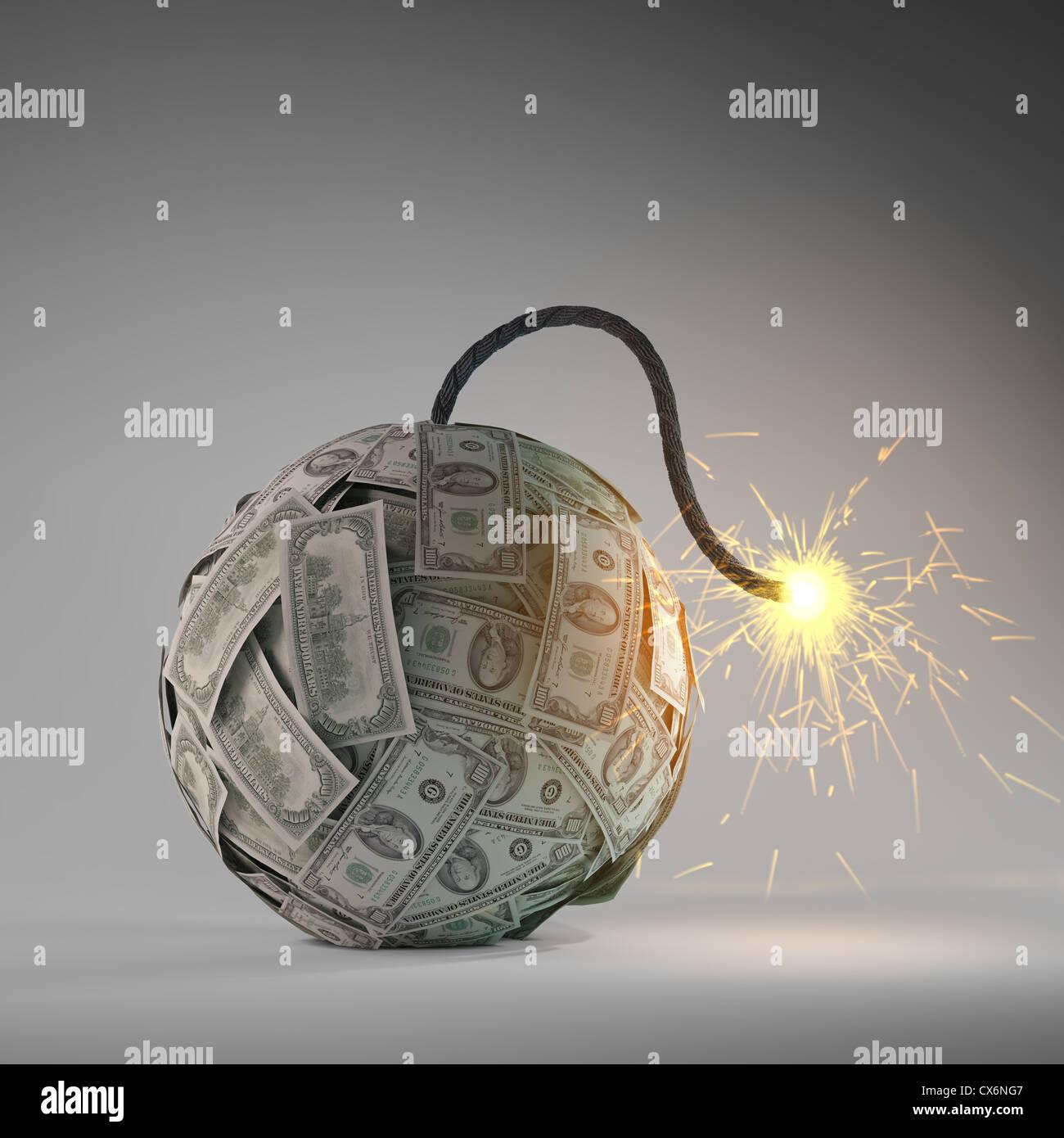 Crisi finanziaria - una vecchia bomba con un fusibile fatta di fatture del dollaro Immagini Stock
