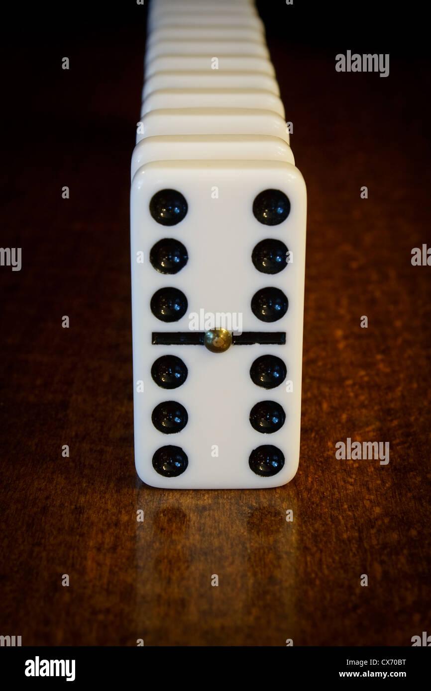 Finanziario e politico che illustra il concetto di imminente effetto domino o teoria del domino Immagini Stock