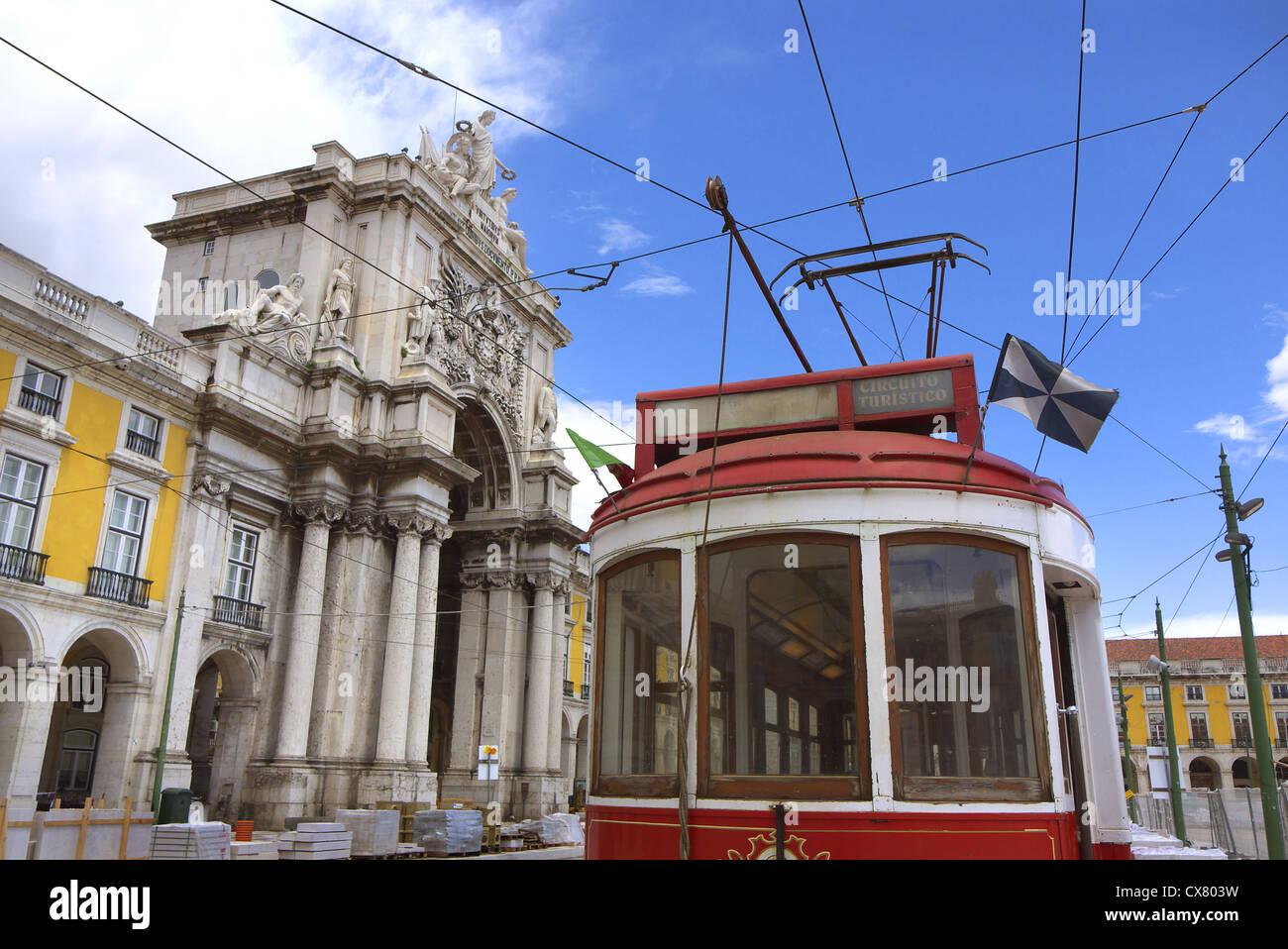 Un tram attende i turisti di Arco Augusta a Lisbona, Portogallo. Immagini Stock