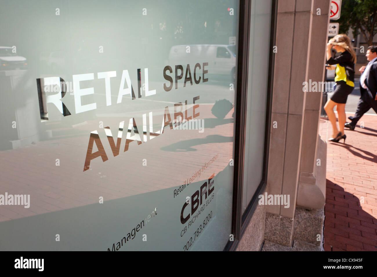 Spazio Retail Disponibile segno sulla finestra Immagini Stock