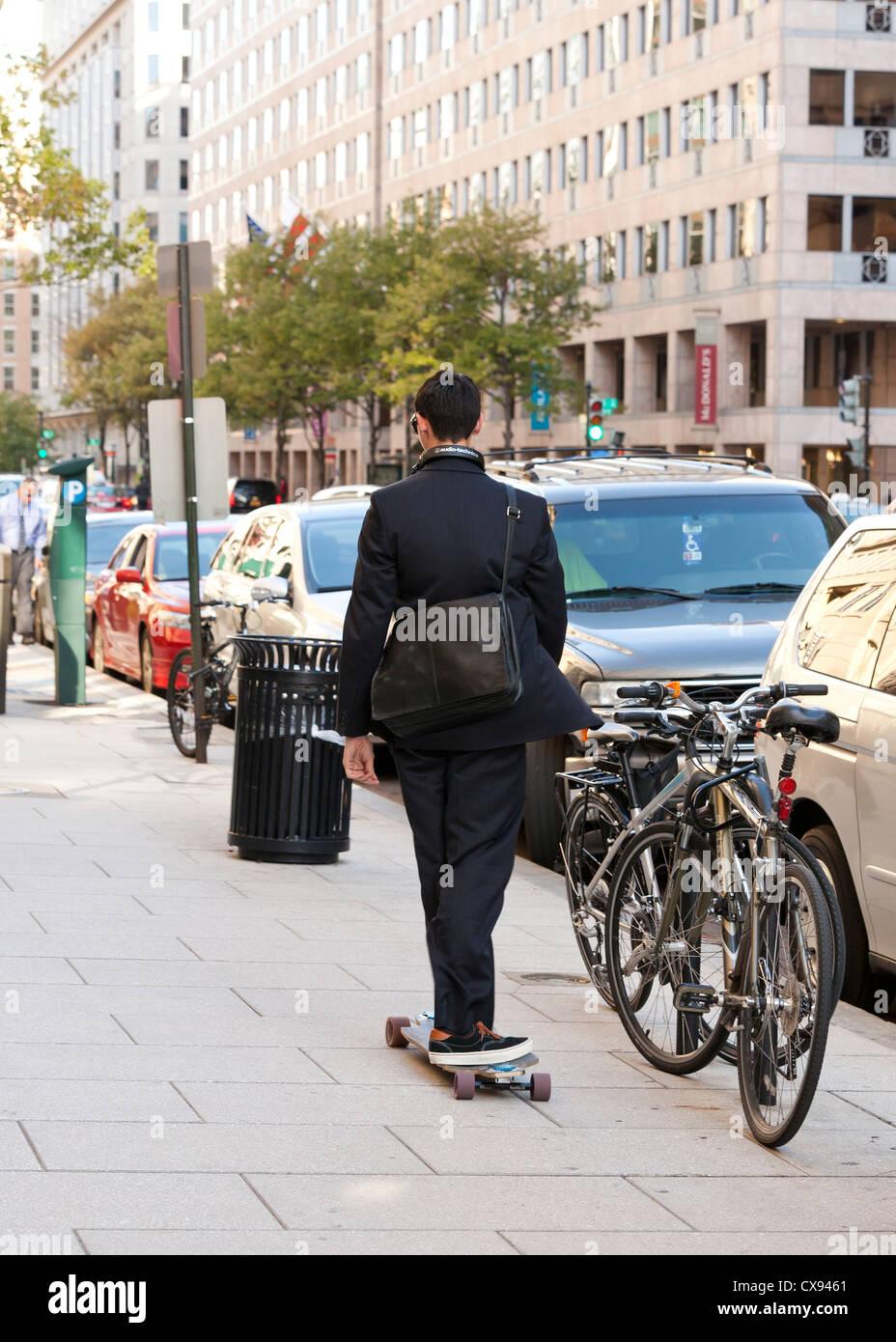 Un giovane professionista a cavallo di un skateboard in città - Washington DC USA Immagini Stock