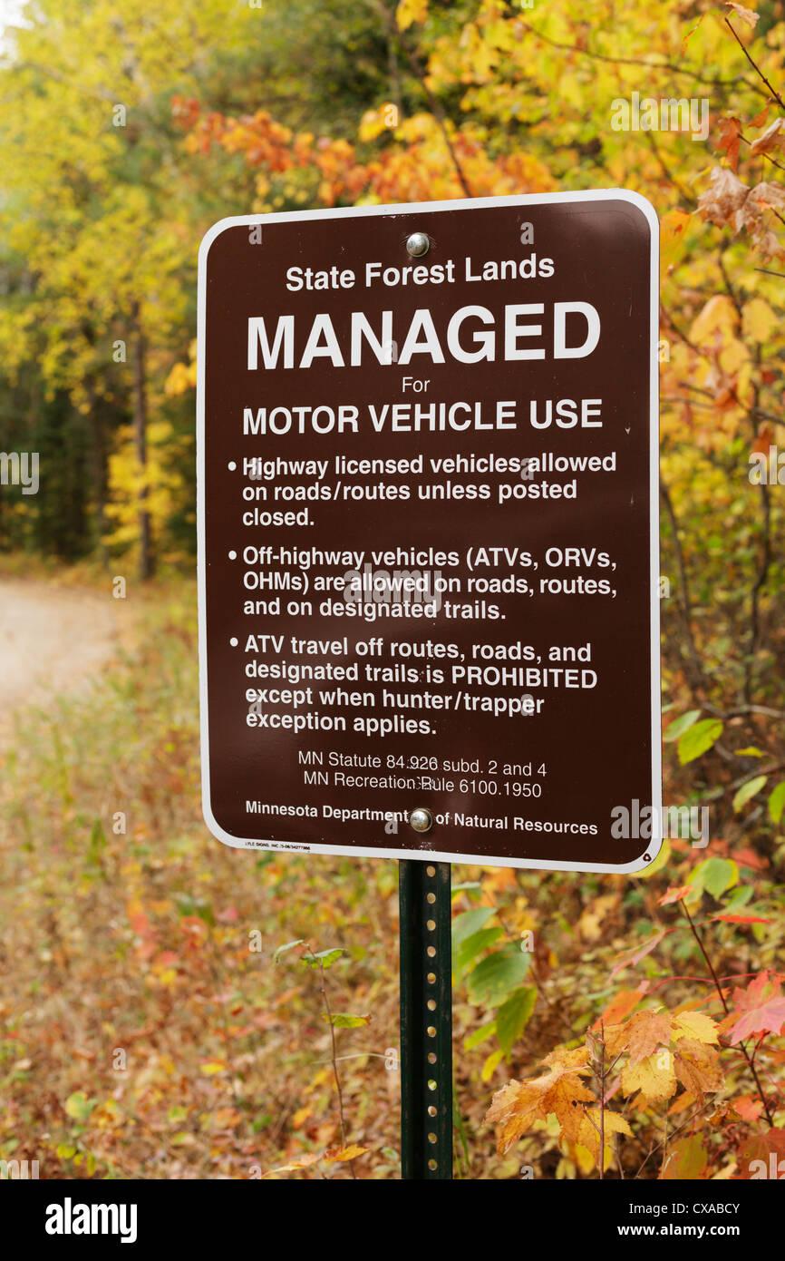 Un dello stato del Minnesota segno di foresta che designa come gestito per autoveicolo utilizzare. Northern Minnesota, Immagini Stock