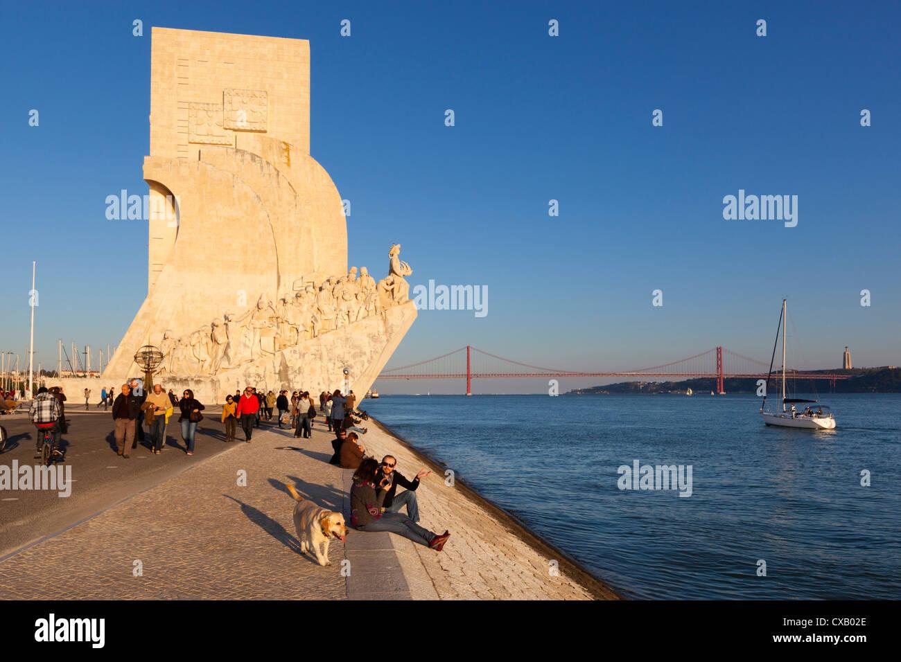 Il Monumento delle Scoperte accanto al fiume Tago, Belem, Lisbona, Portogallo, Europa Immagini Stock