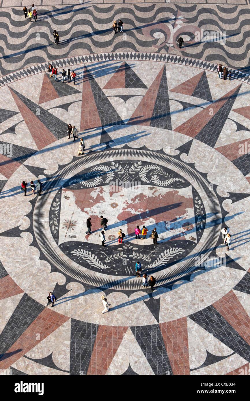 Marciapiede mappa che mostra le rotte degli esploratori portoghesi sotto il Monumento delle Scoperte, Belem, Lisbona, Immagini Stock