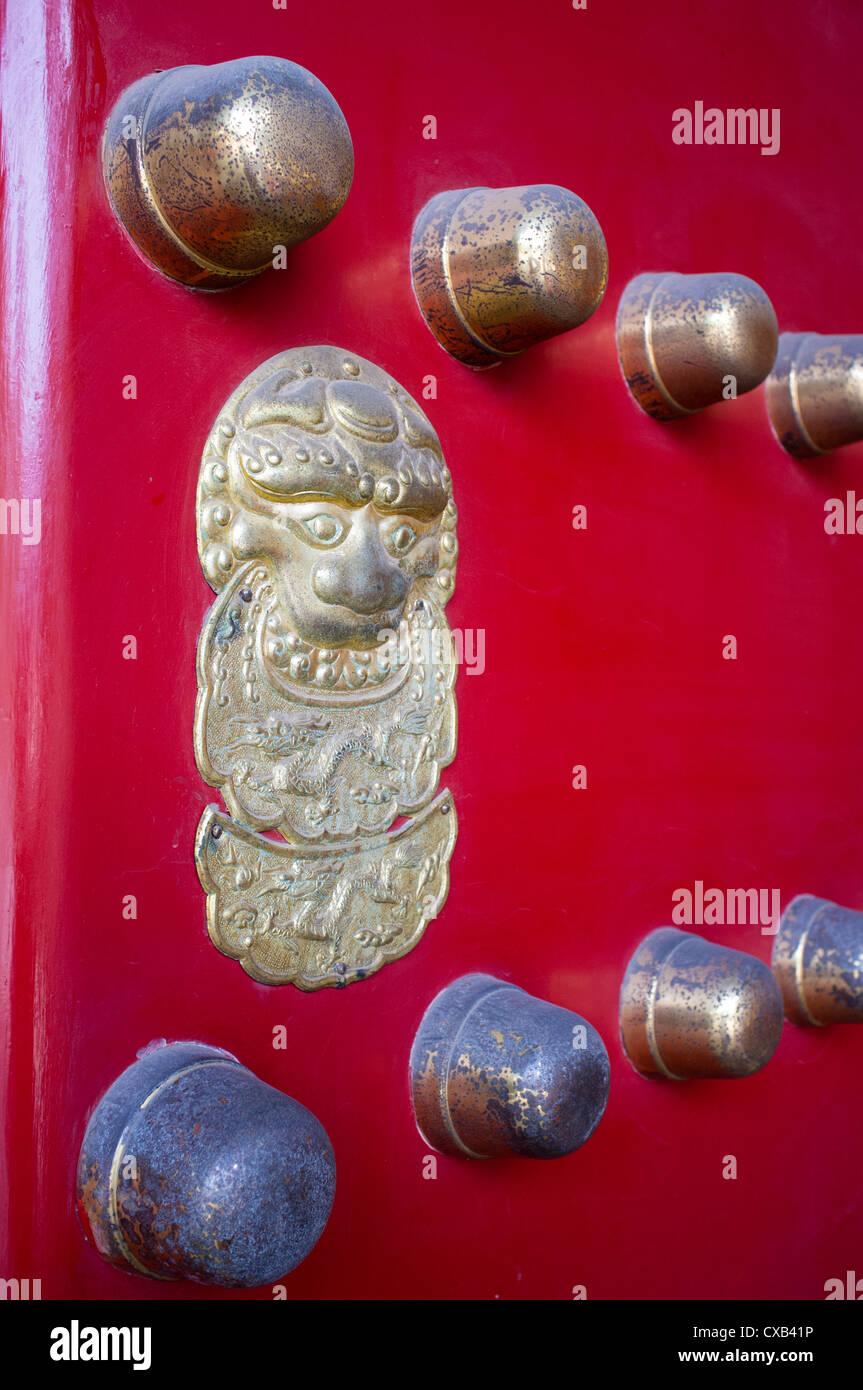 Tradizionale in rosso ornato porta in entrata al tempio a Beijing in Cina Immagini Stock