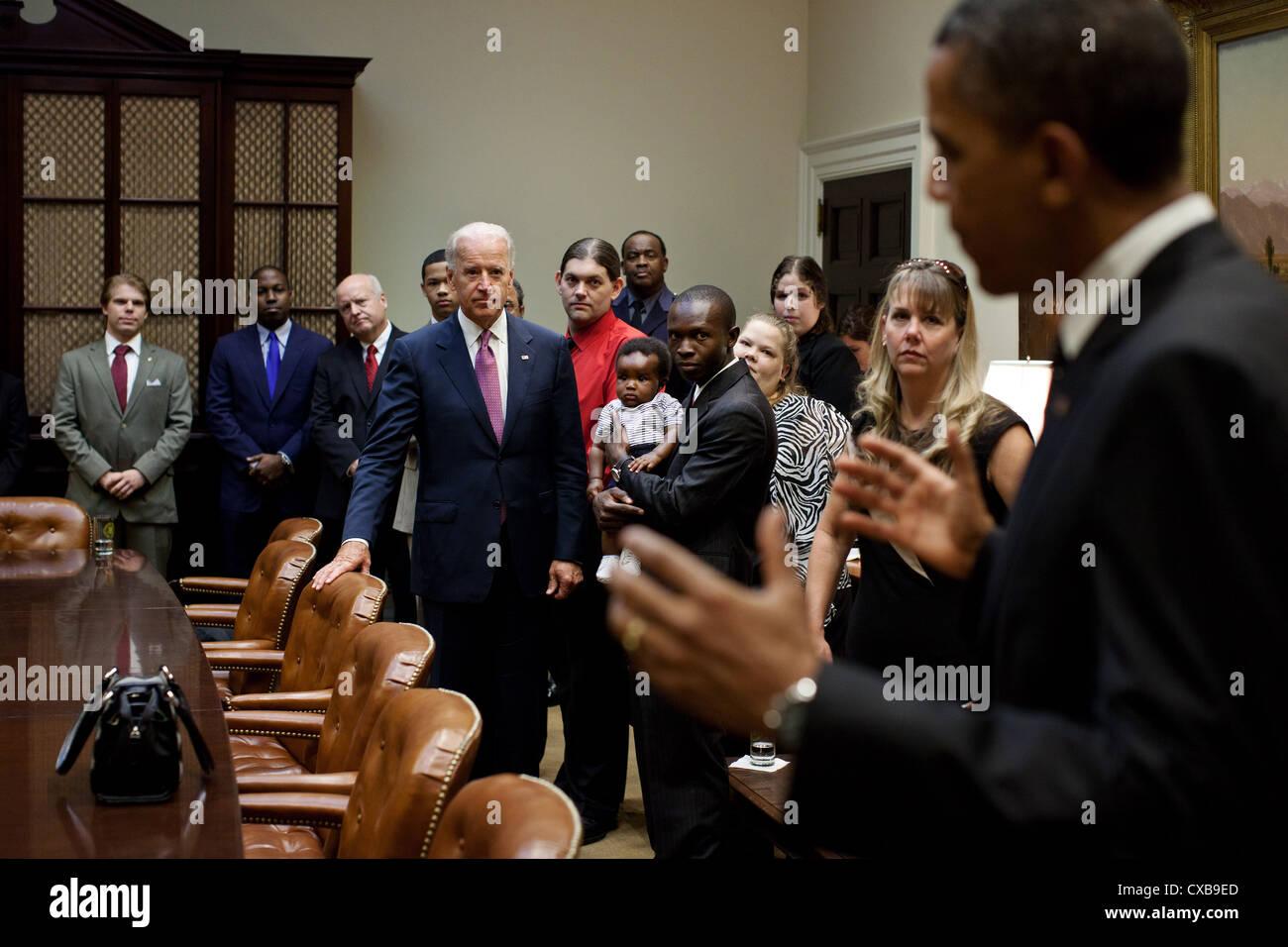 Il Presidente Usa Barack Obama e il Vice Presidente Joe Biden salutare un gruppo di insegnanti, veterani, primi responder e i proprietari di affari, 12 settembre 2011 nella sala Roosevelt della Casa Bianca prima di fare una dichiarazione sulla American Jobs Act. Foto Stock