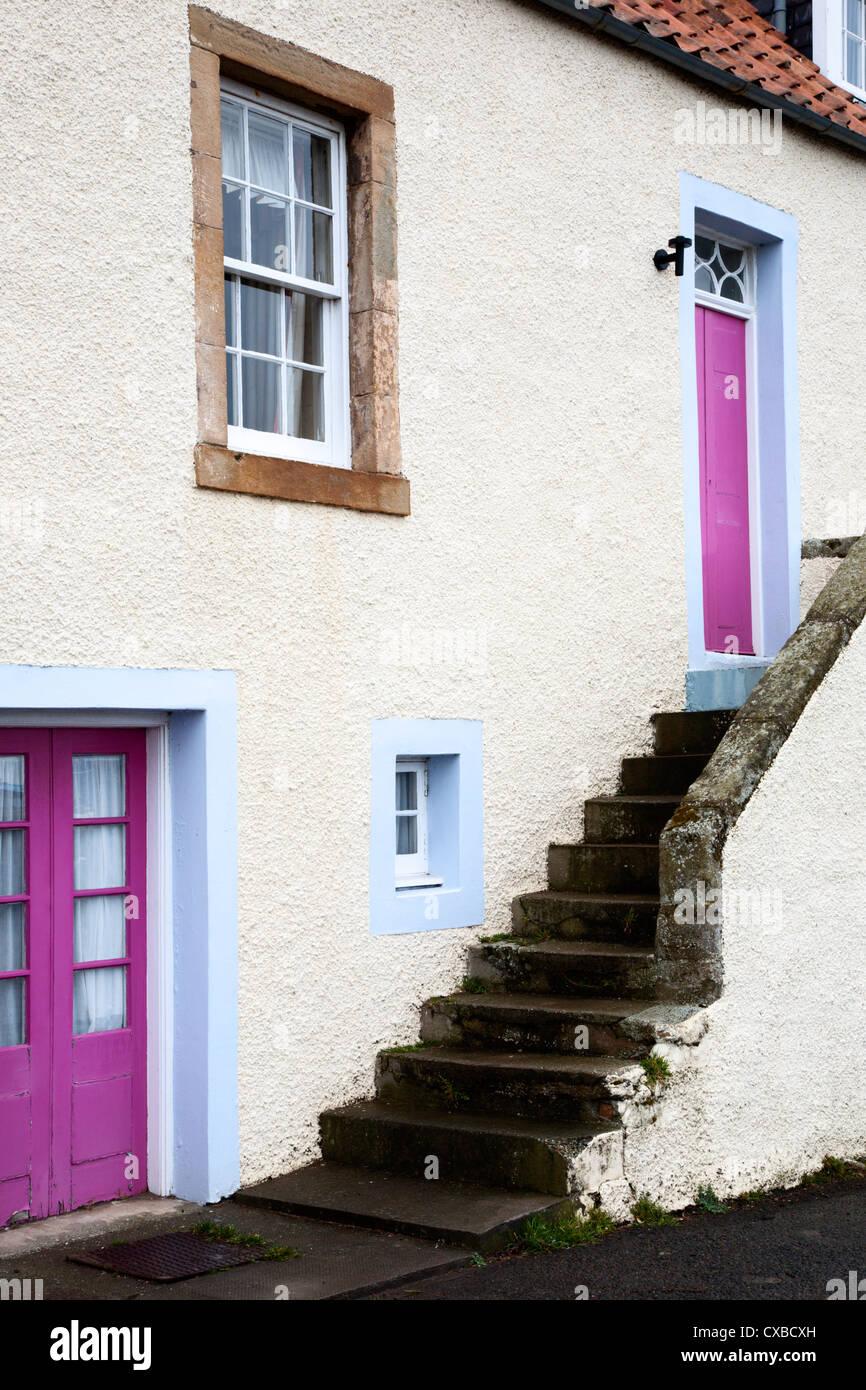Cottage con scala esterna, San Monans, Fife, Scozia, Regno Unito, Europa Immagini Stock