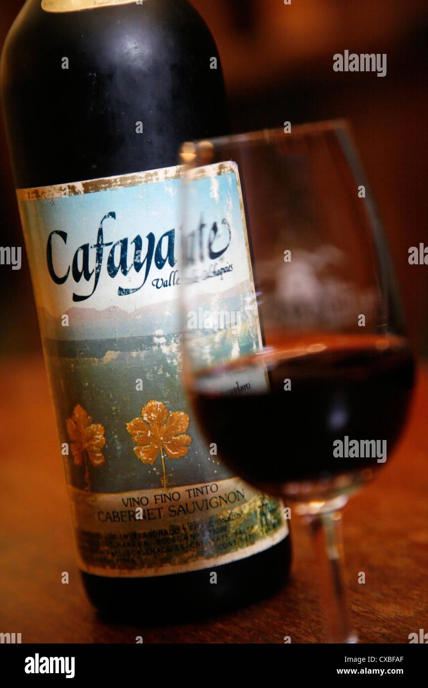 Bottiglia e bicchiere di vino alla vineria Etchart in Cafayate, Provincia di Salta, Argentina. Immagini Stock