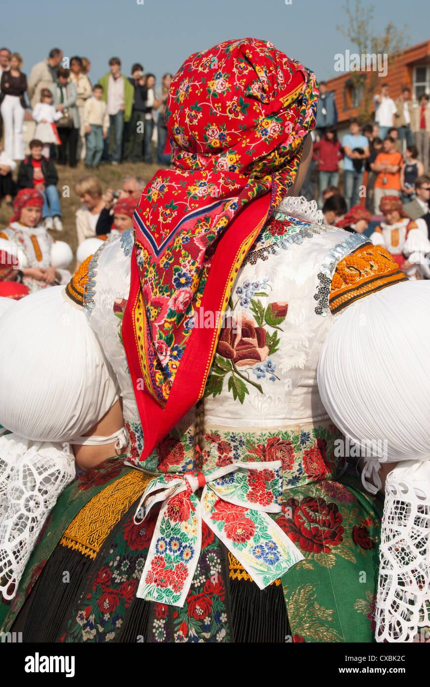 Donna che indossa abiti folcloristici durante la festa d'autunno Festival, Borsice, Brnensko, Repubblica Ceca, Immagini Stock