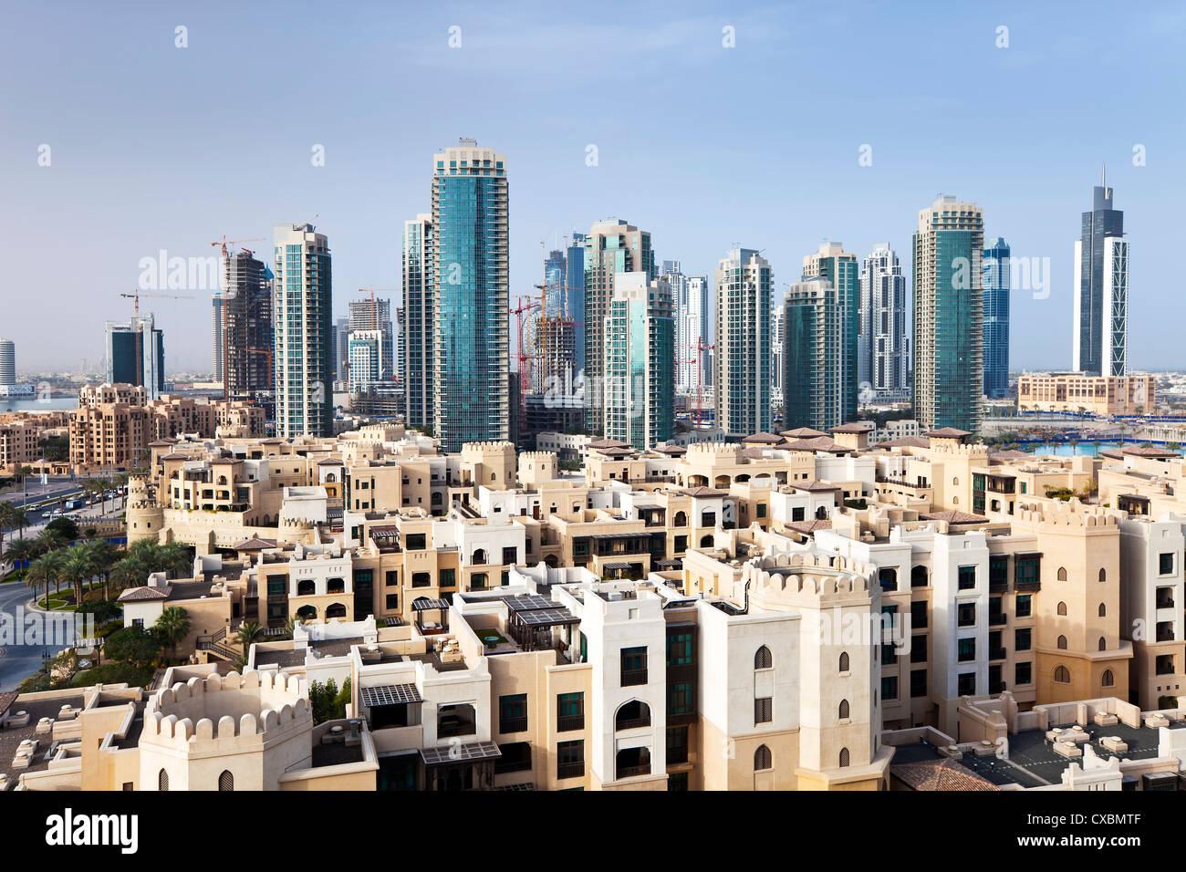Skyline della città, vista in elevazione al di sopra del centro commerciale di Dubai e Burj Khalifa Park, Dubai, Immagini Stock