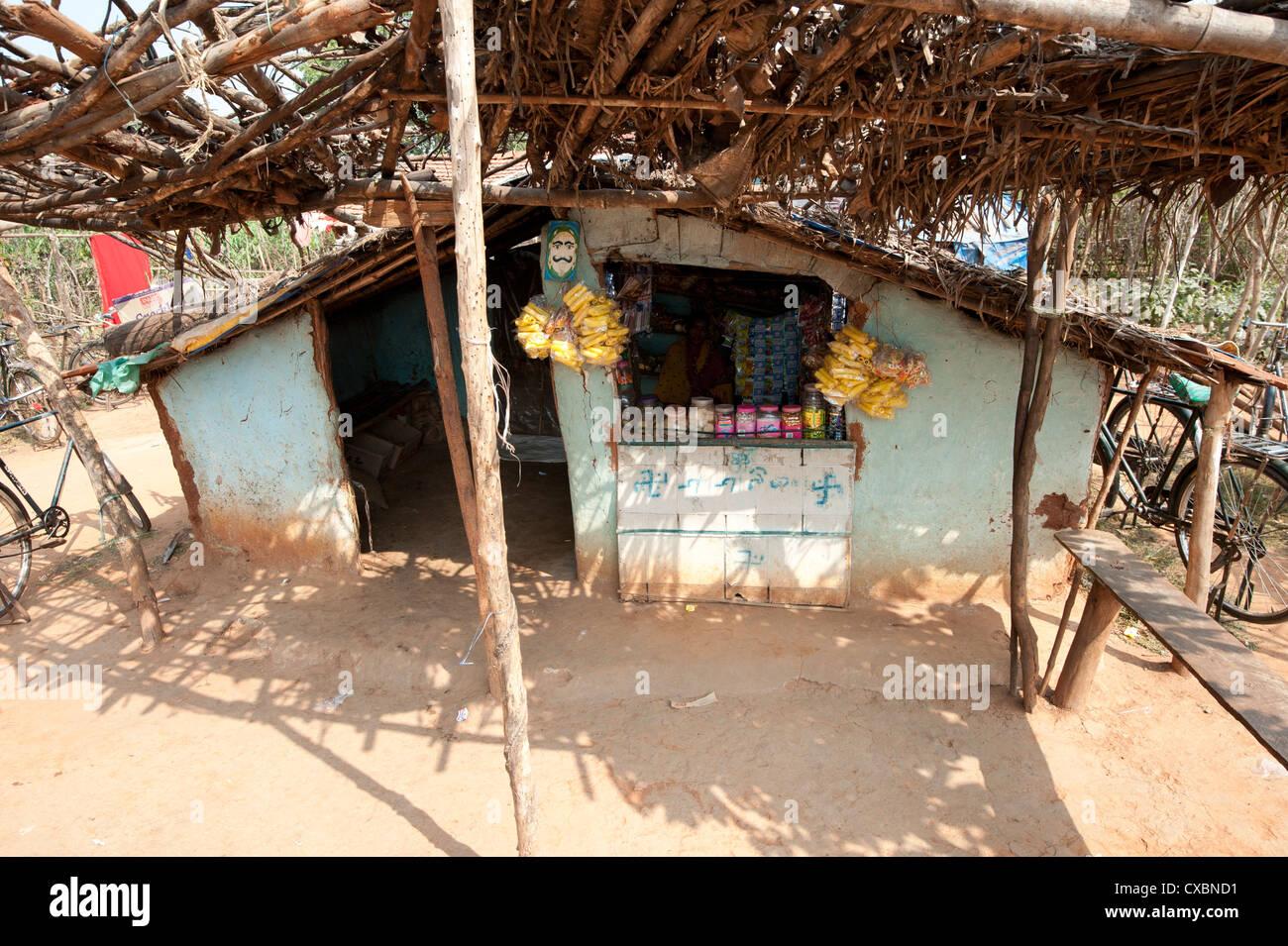 Piccolo negozio del villaggio rurale in Orissa, India, Asia Immagini Stock