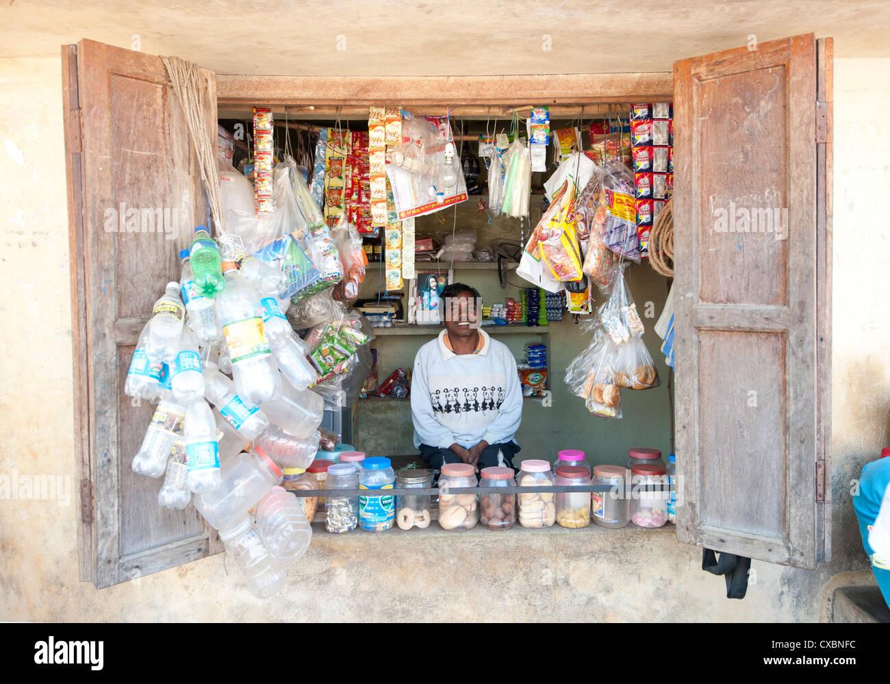L'uomo mantenendo piccolo villaggio shop in Saura villaggio tribale, Orissa, India, Asia Immagini Stock
