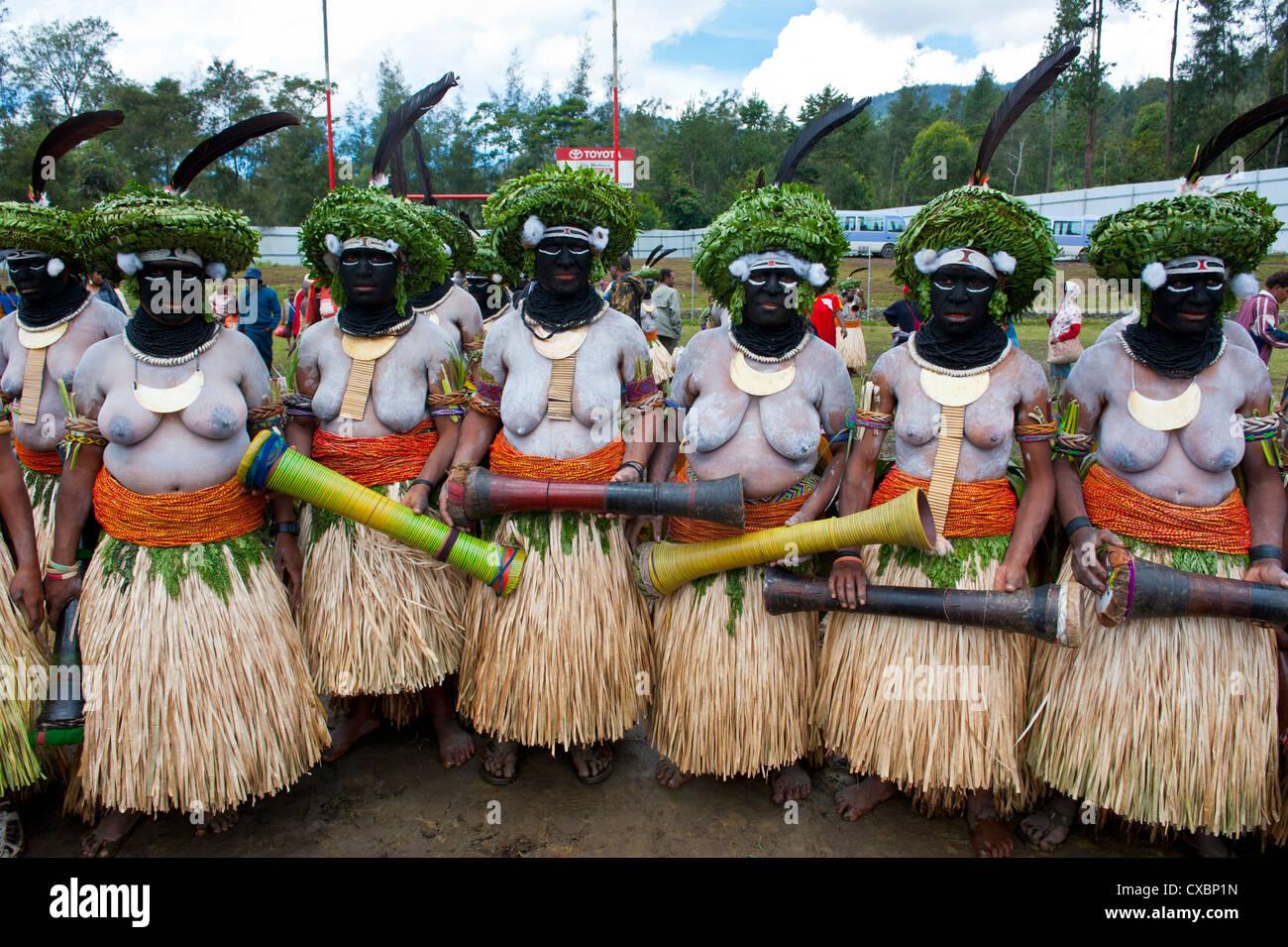 Vestiti in maniera colorata e la faccia dipinta signore locale per celebrare il tradizionale cantare cantare nelle Immagini Stock
