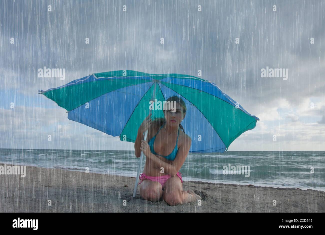 Donna sulla spiaggia in un giorno di pioggia, Florida, Stati Uniti d'America, America del Nord Immagini Stock