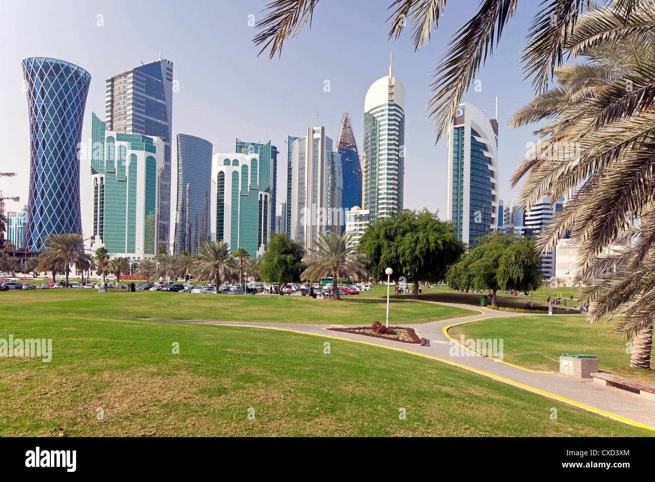 Moderno skyline di West Bay quartiere finanziario centrale, Doha, Qatar, Medio Oriente Immagini Stock