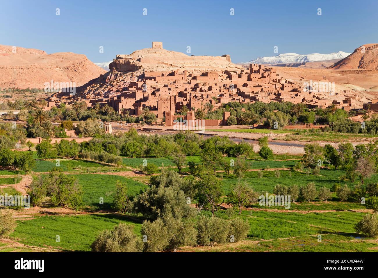 Città di Ait Benhaddou su un ex Caravan Route accanto al fiume di Ouarzazate, utilizzato spesso come una pellicola Foto Stock