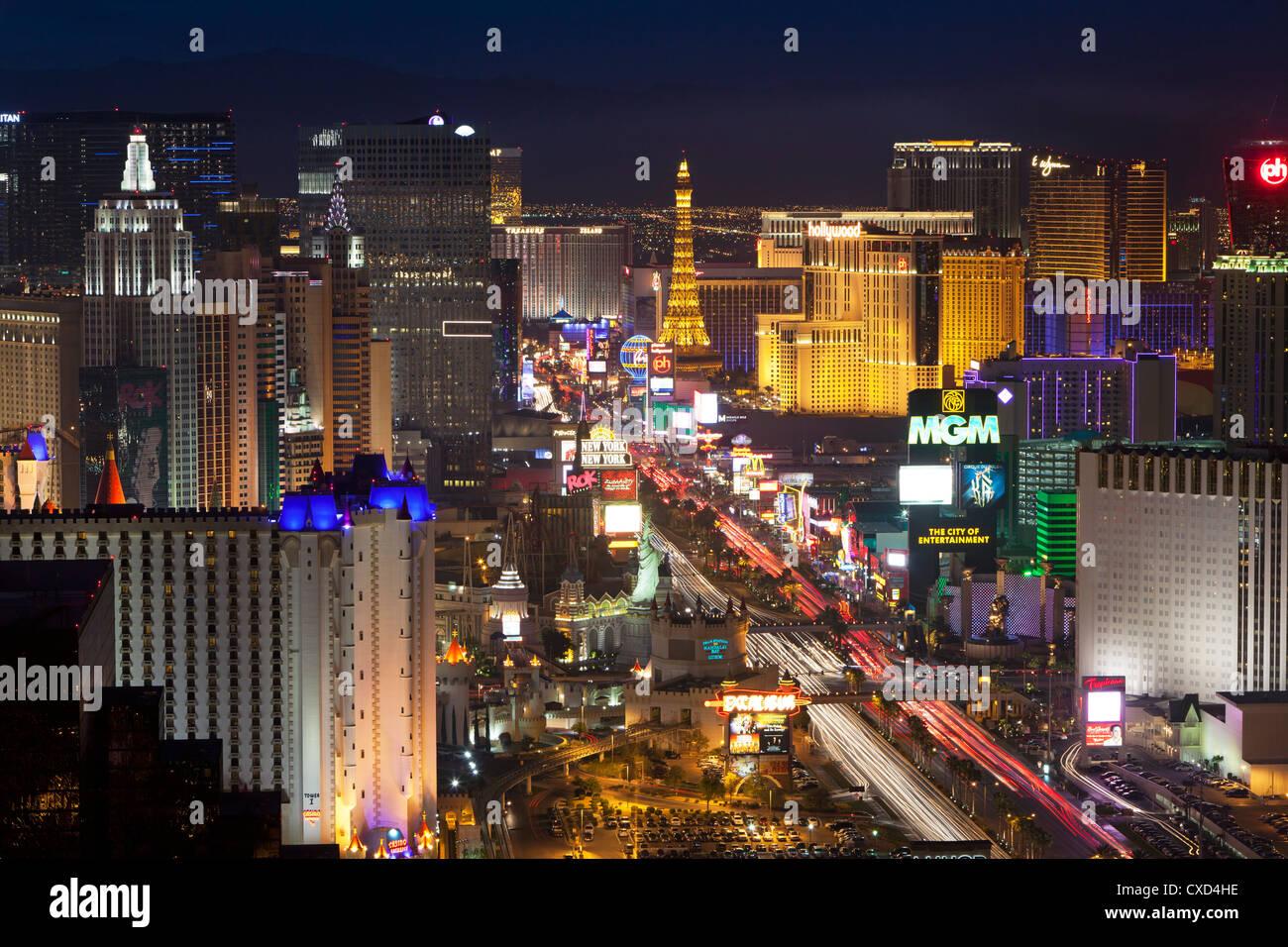 Vista in elevazione degli alberghi e dei casinò lungo la striscia al crepuscolo, Las Vegas, Nevada, Stati Uniti Immagini Stock