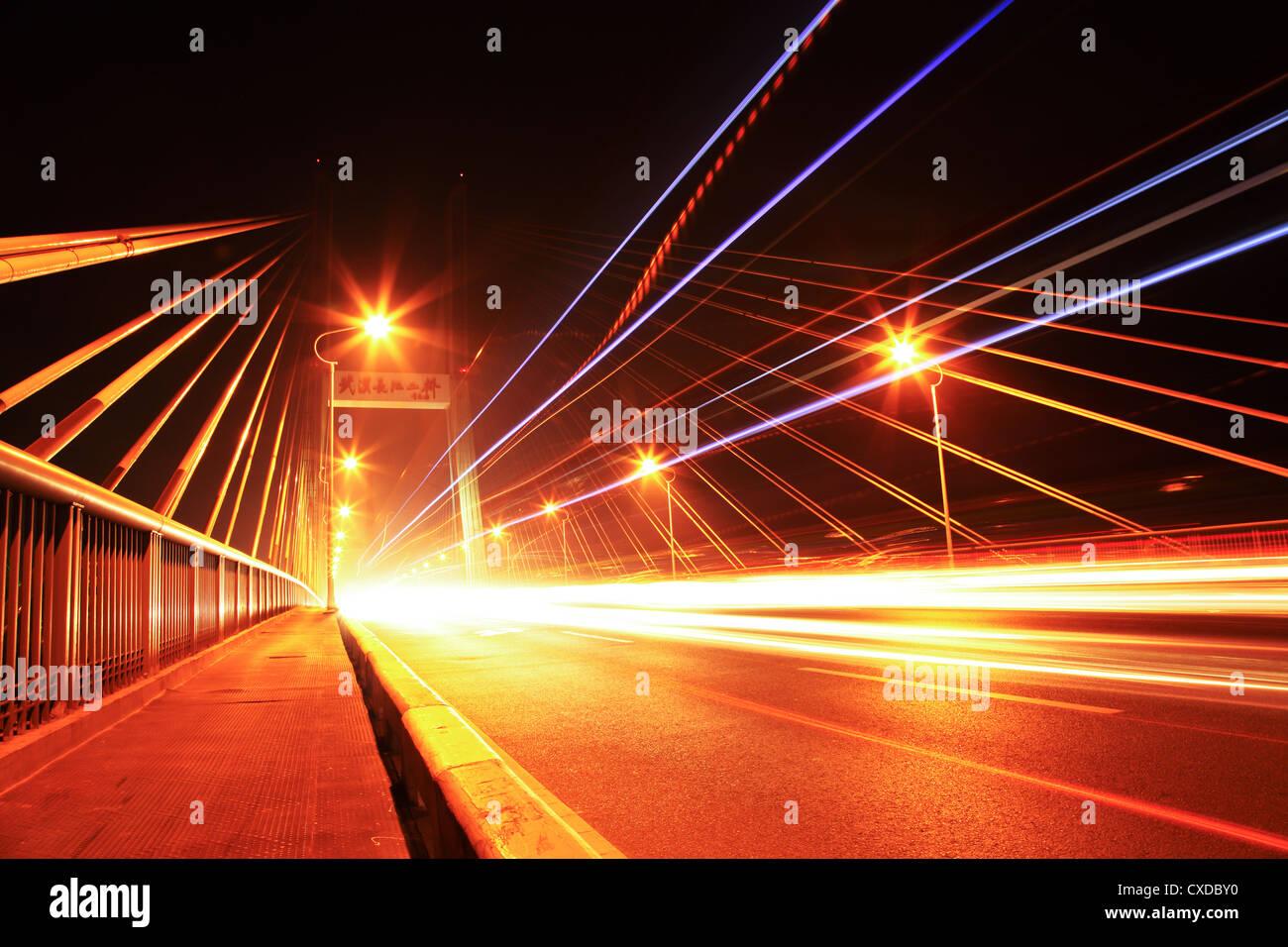 Il traffico a ponte di notte Immagini Stock