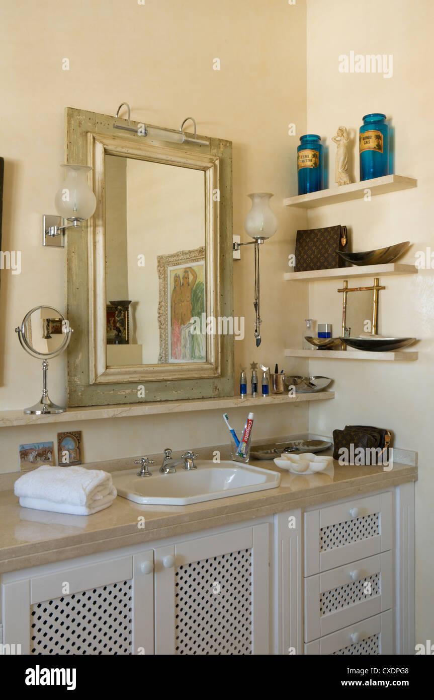 Il lavabo di seguito specchio rettangolare in bagno con Scaffali da ...
