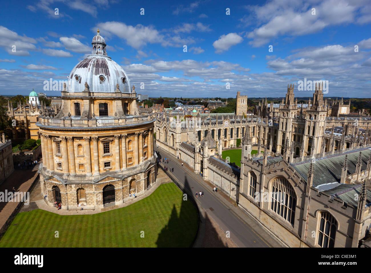 Vista su Radcliffe Camera e tutte le anime College di Oxford, Oxfordshire, Inghilterra Immagini Stock