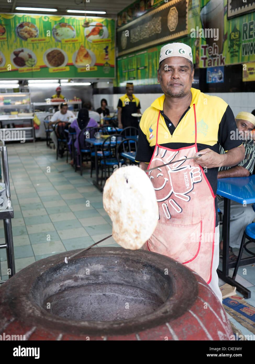La cottura indiano piatto pane, Little India, Kuala Lumpur, Malesia Immagini Stock