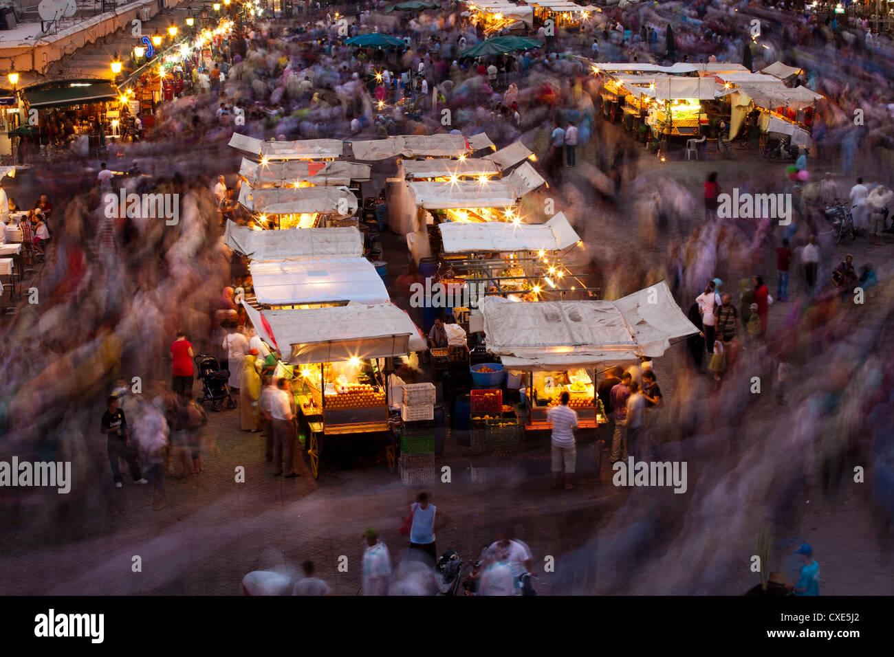 Una lunga esposizione, gente che si muove intorno a Djemaa El Fna a Marrakech, Marocco, Africa Settentrionale, Africa Immagini Stock