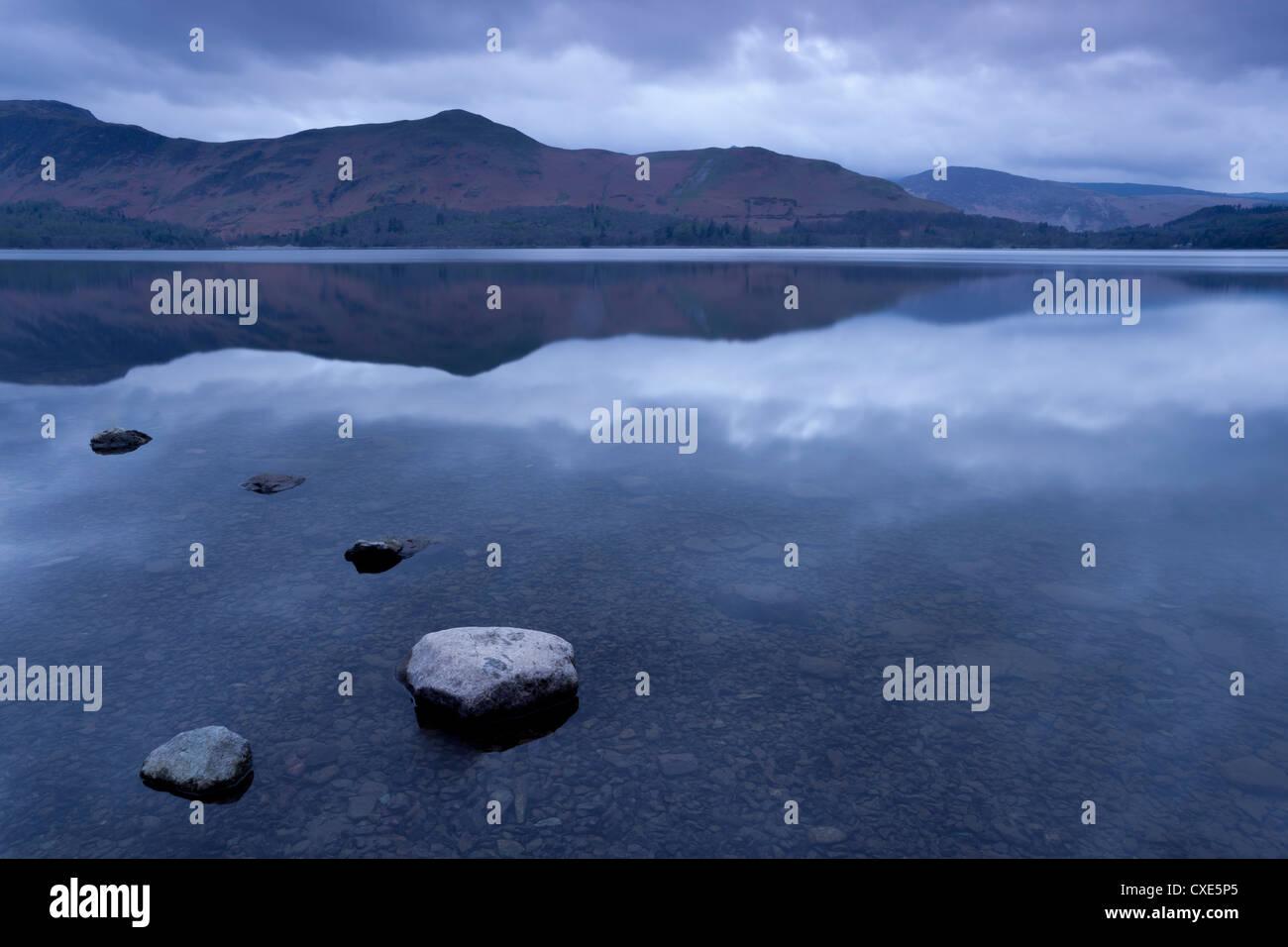 Alba dalla riva sudorientale di Derwentwater, Keswick, Parco Nazionale del Distretto dei Laghi, Cumbria, England, Immagini Stock
