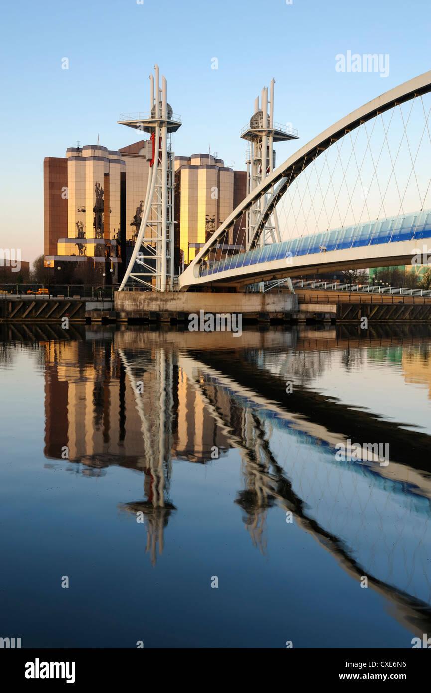 La mattina presto vista del Millennium Bridge, Salford Quays, Manchester, Greater Manchester, Inghilterra, Regno Immagini Stock