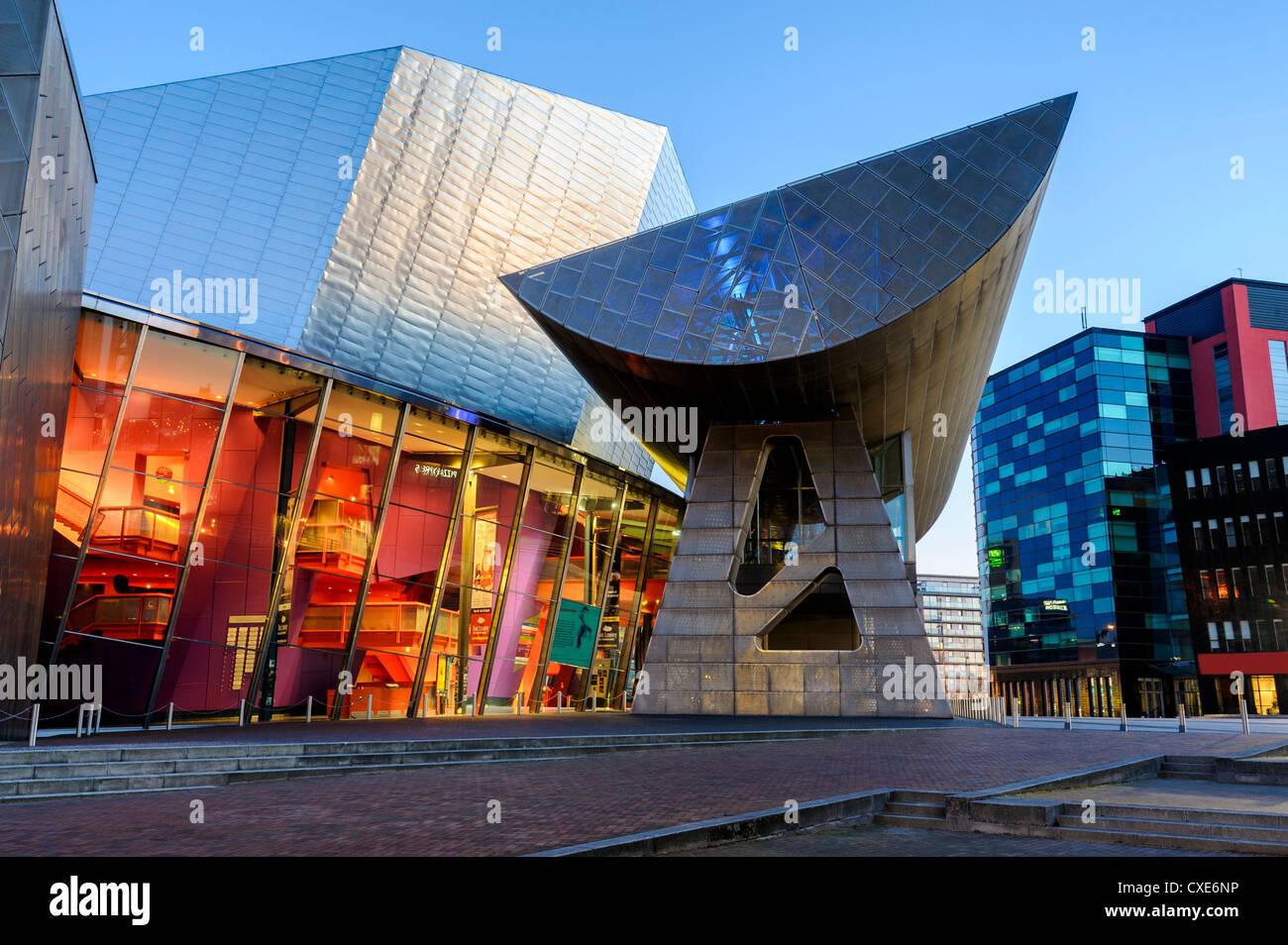Il Lowry Centre Teatro all'alba, Salford Quays, Manchester, Greater Manchester, Inghilterra, Regno Unito, Europa Immagini Stock