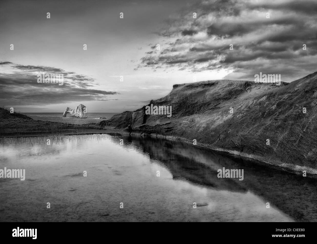 Mack Arch a sunrise e riflettendo la piscina di acqua. Oregon Immagini Stock