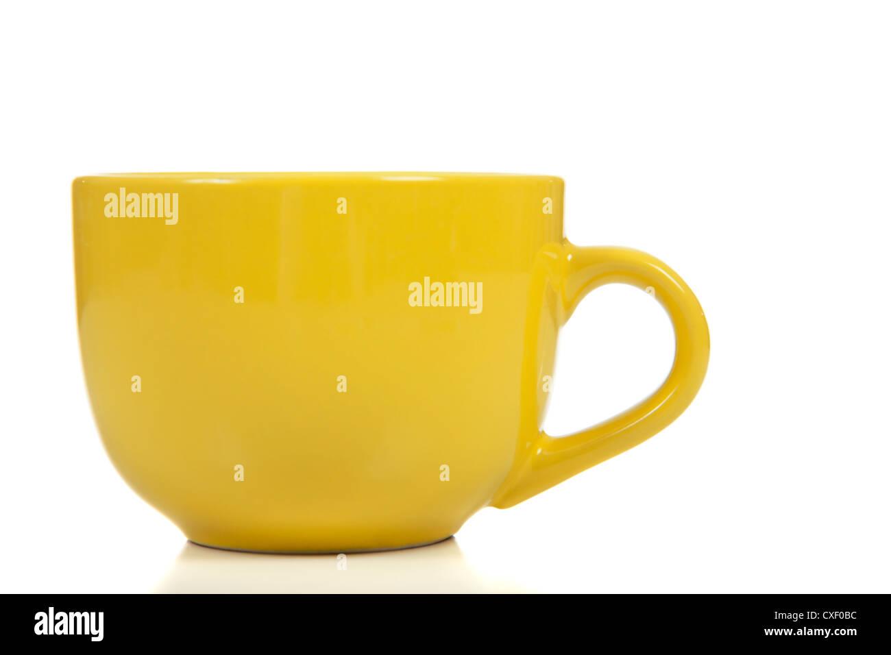 Boccale giallo su sfondo bianco Immagini Stock