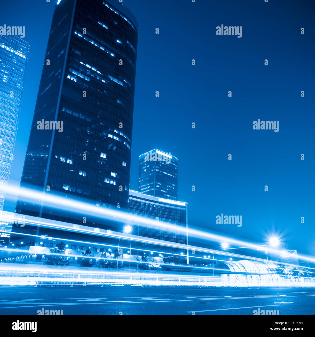 Paesaggio urbano moderno di notte a Pechino Immagini Stock