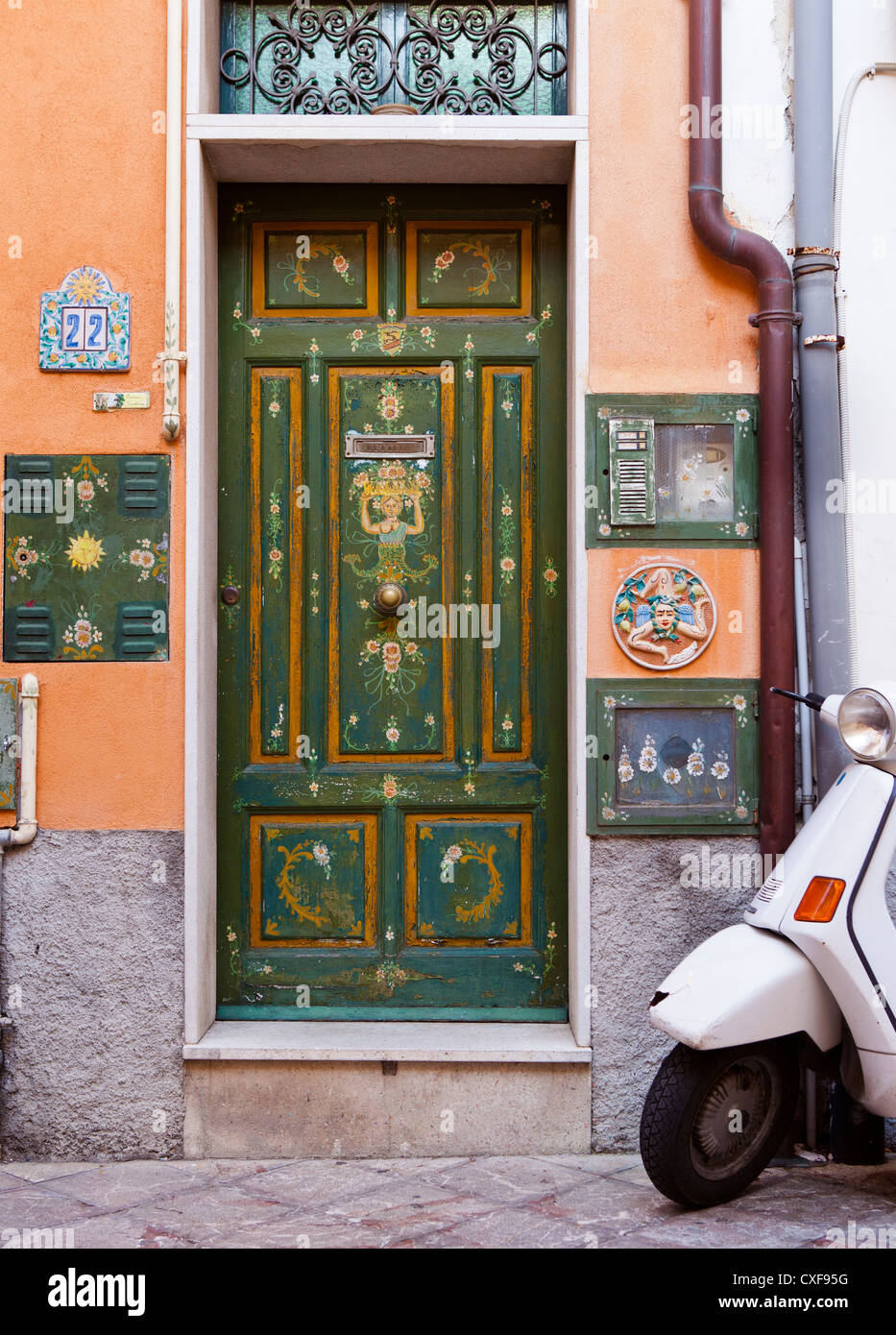 Decorate a mano porte verdi, Taormina, Italia Foto ...