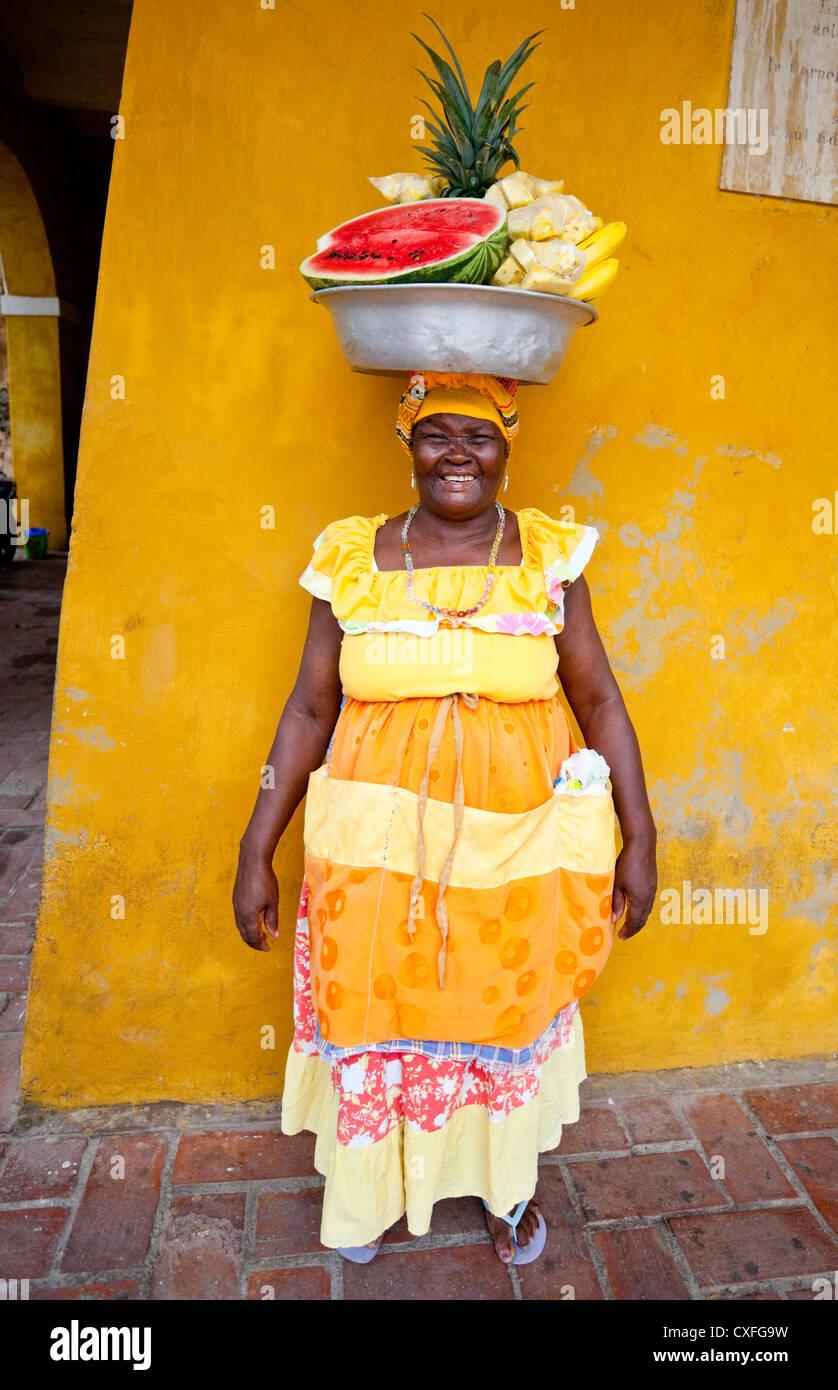 A piena lunghezza Ritratto di frutta tradizionali venditori di Palenque (Palenquera), Cartagena de Indias, Colombia, Immagini Stock