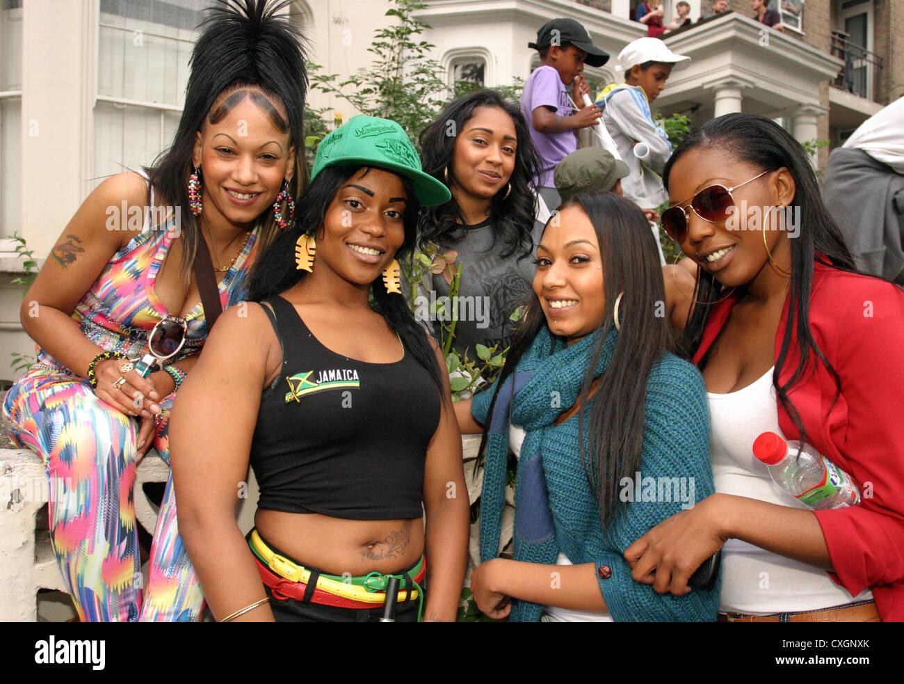 Un gruppo di afro-caraibica le donne in posa di strada al carnevale di Notting Hill Londra Foto Stock