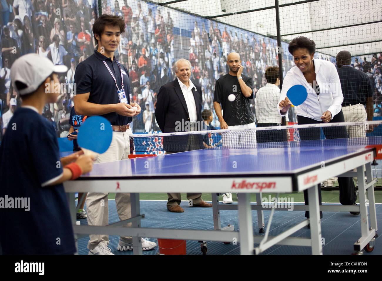 La First Lady Michelle Obama giochi ping pong durante un Passiamo caso settembre , 2011 presso l'USTA Billie Immagini Stock
