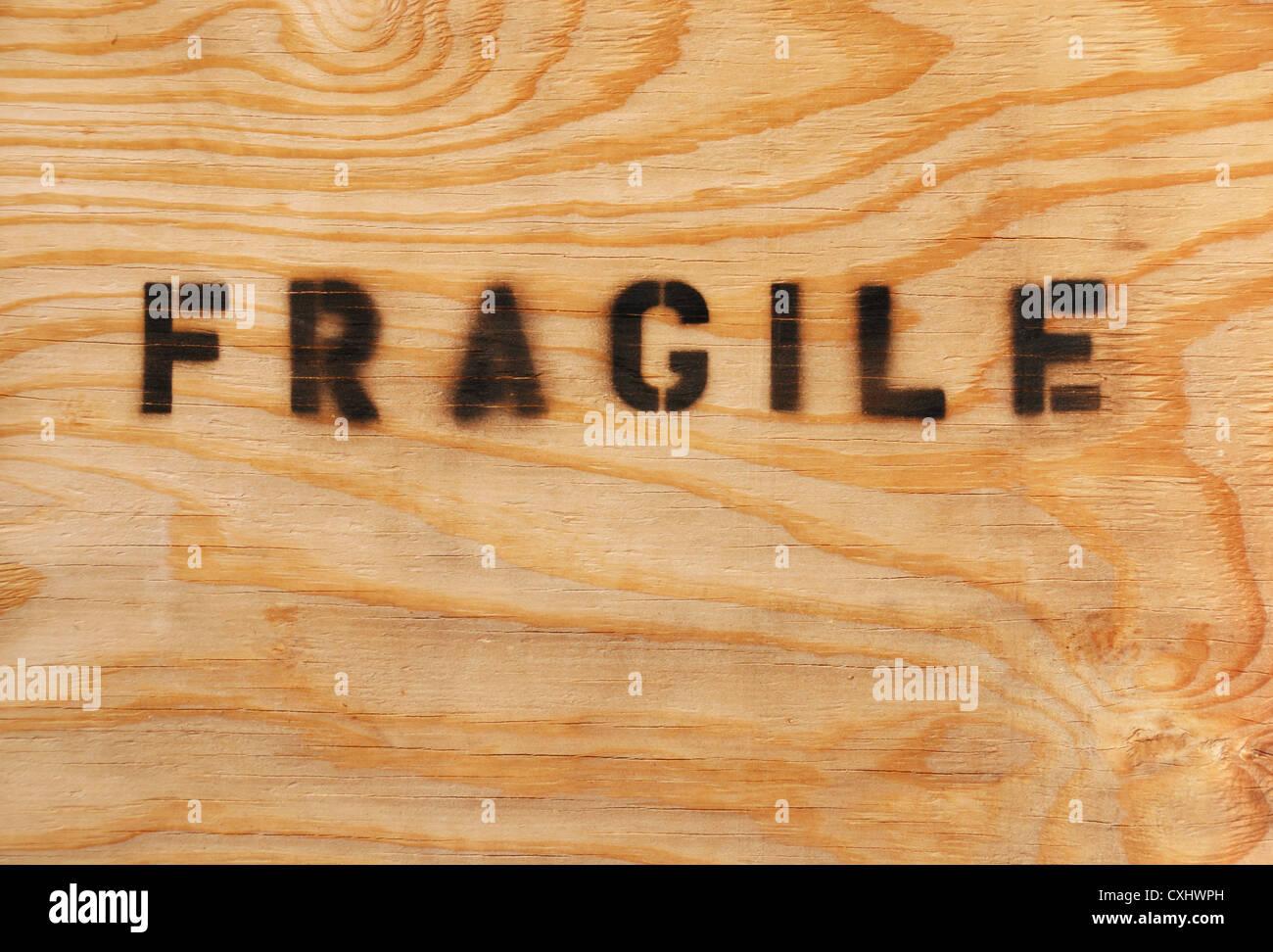 Fragile stampata sulla spedizione cassa di imballaggio Immagini Stock
