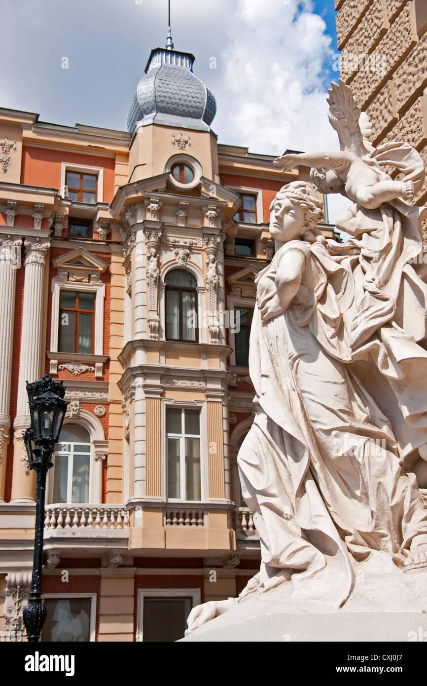 La statuaria all ingresso di Odessa National Academic teatro di opera e balletto con la facciata nelle vicinanze Immagini Stock